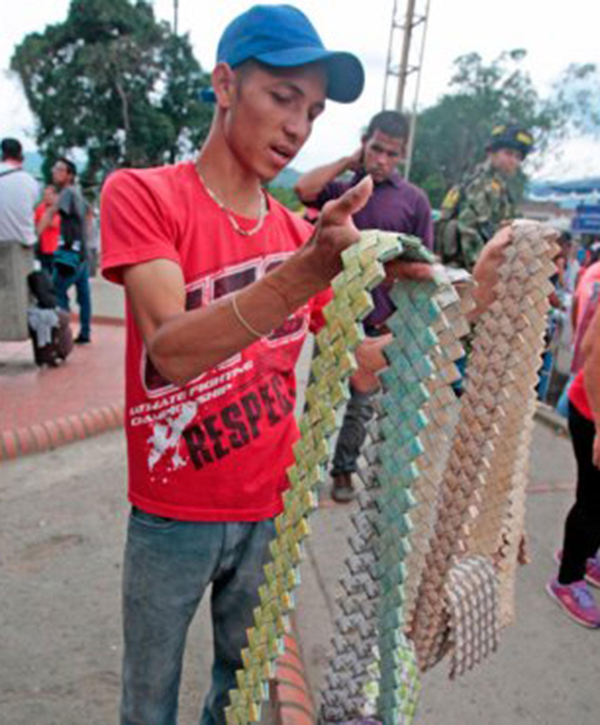Un vendedor de artesanías hechas con bolívares en la frontera entre Colombia y Venezuela (La Opinión)