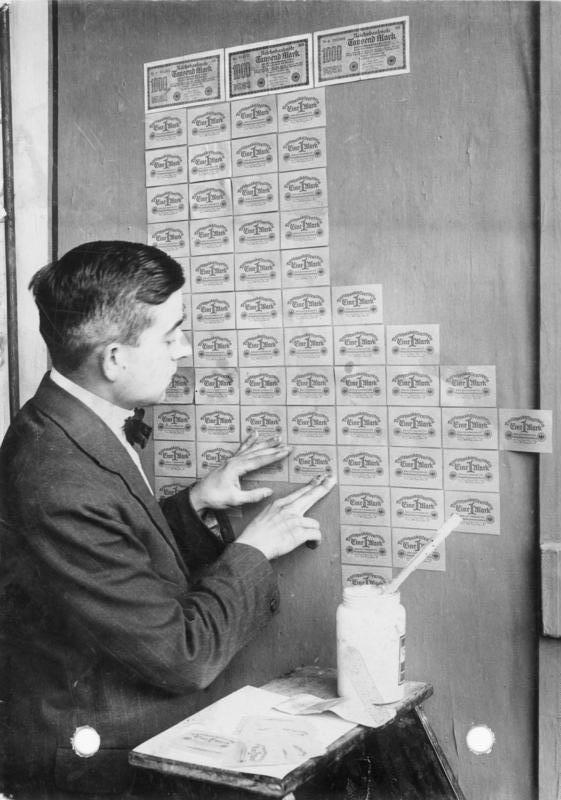 Empapelando las paredes con marcos alemanes, una opción económica en 1923
