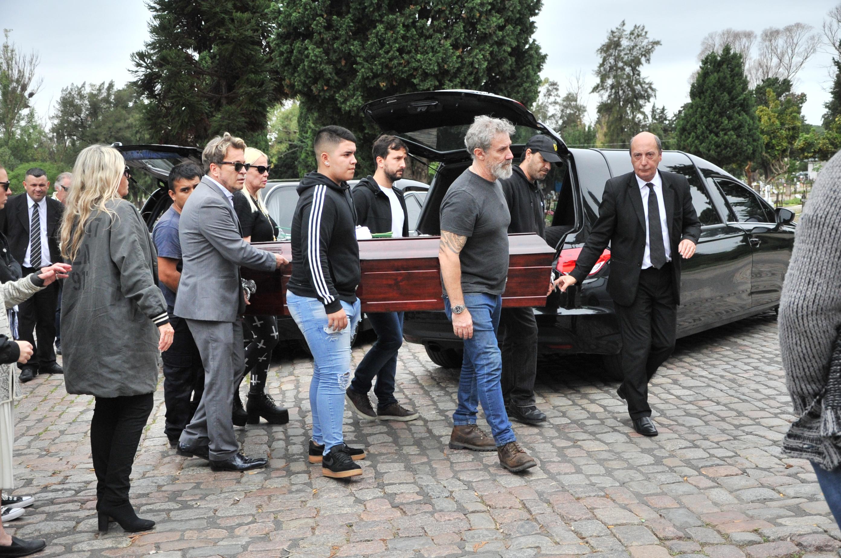 Norma, Marcelo, Guido, Silvia y otros familiares llevaron el cajón de Hugo