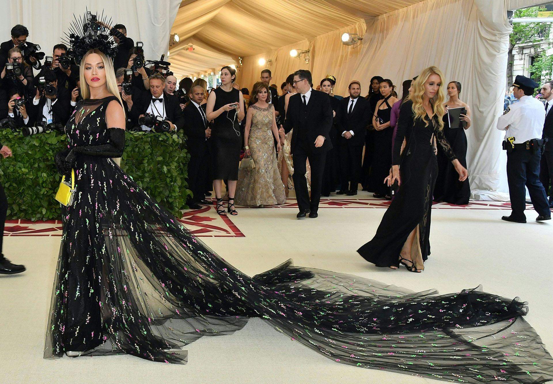 Rita Ora espectacular con un amplia cola de 3 metros de tul un diseño de Prada
