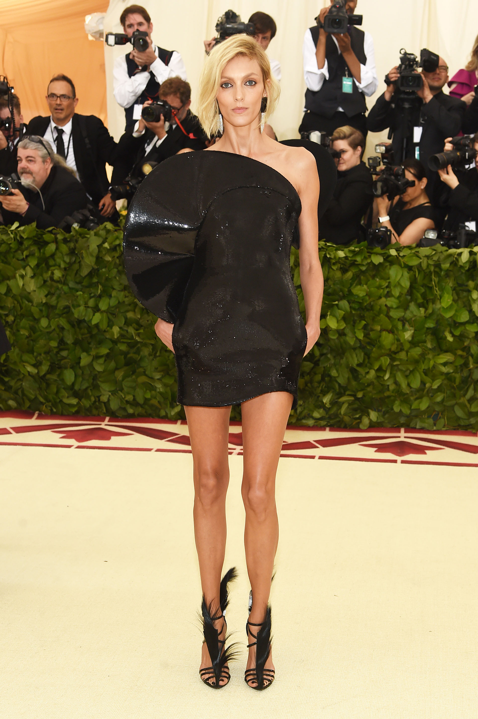 Anja Rubik, top se inclinó por un mini dress eb en lentejuelas de Saint Laurent