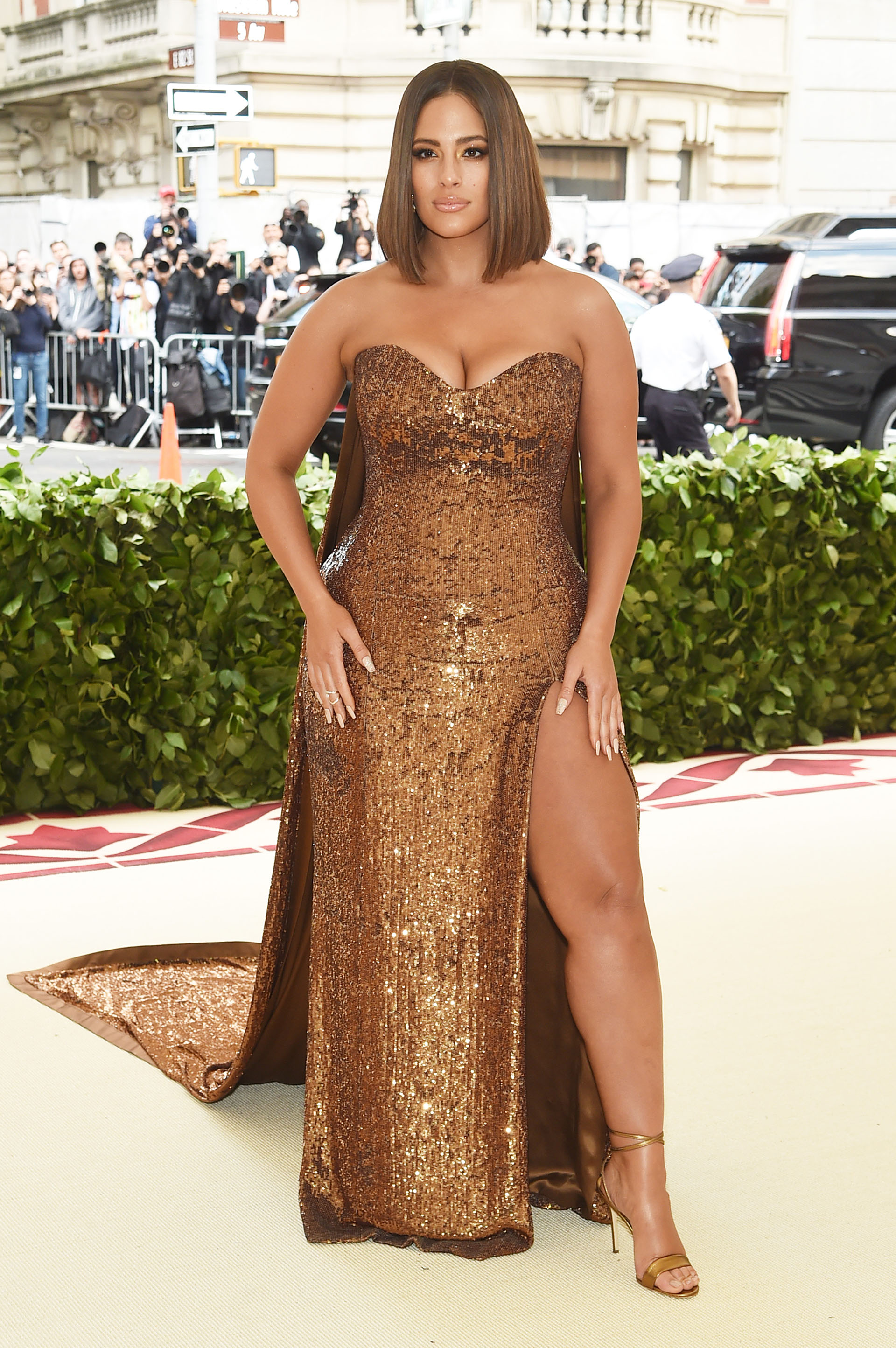 Ashley Graham, la modelo curvy brilló con un vestido de pailletes en tono cobre