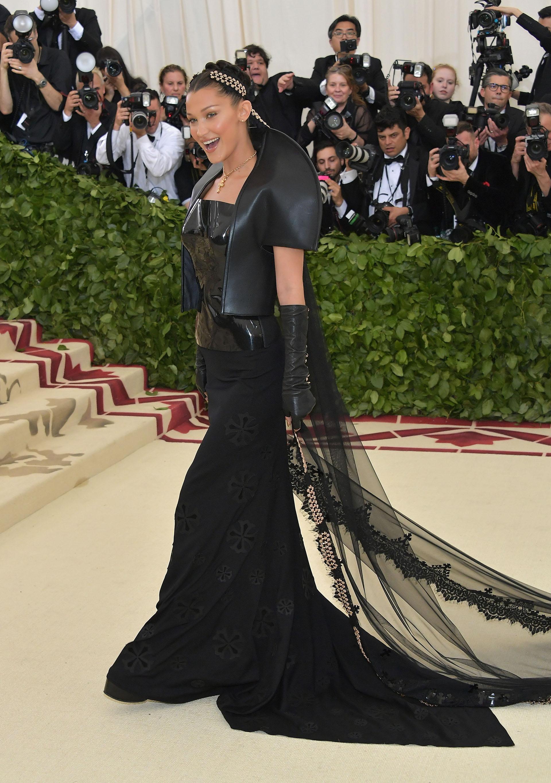 Bella Hadid, la modelo, una de las más creativas de noche sorprendió con una pieza de aires góticos con texturas combinadas