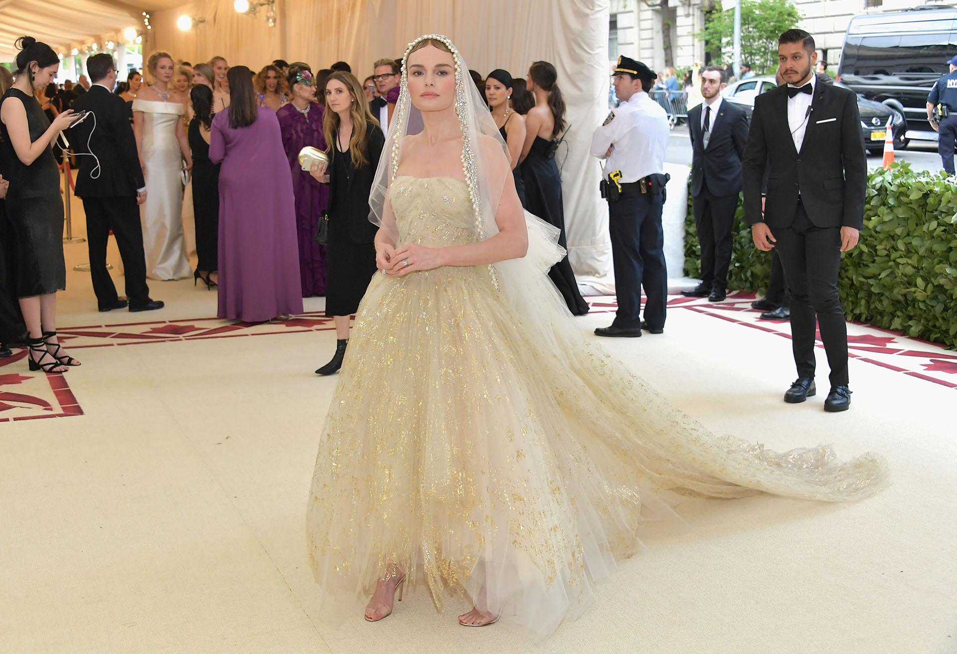 Kate Bosworth, la actriz, elegió un espectacular diseño de Oscar de la Renta en tul bordado con velo incluído.