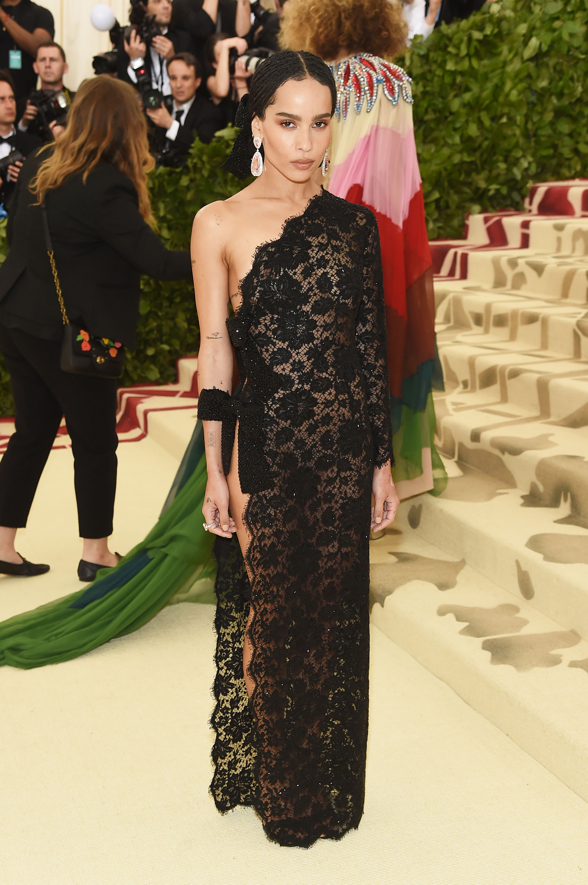 Zoe Kravitz prefirió un total look de encaje de la firma Saint Laurent que emula las mantillas religiosas (AFP)