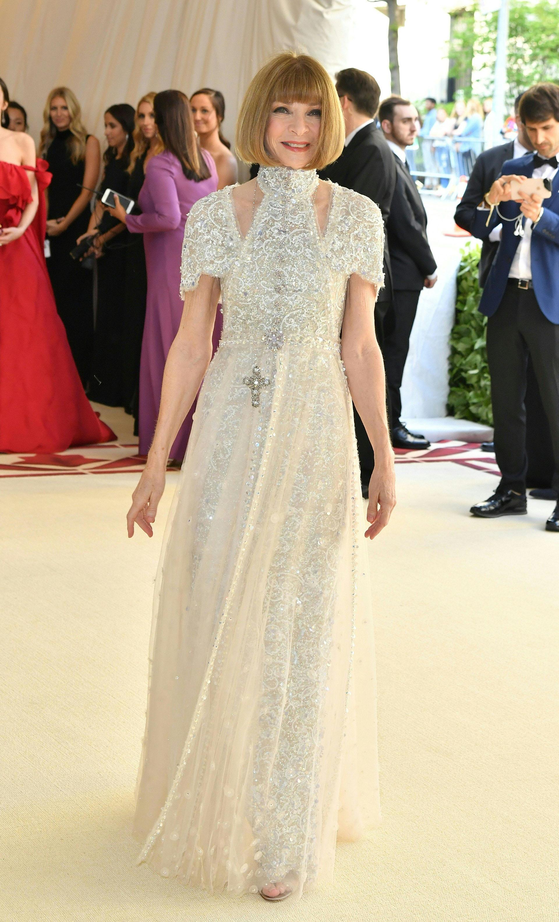 Anna Wintour, la organizadora desde el evento desde 1992 enfundada en un vestido bordado en piedras y tul con escote asimétrico de Chanel
