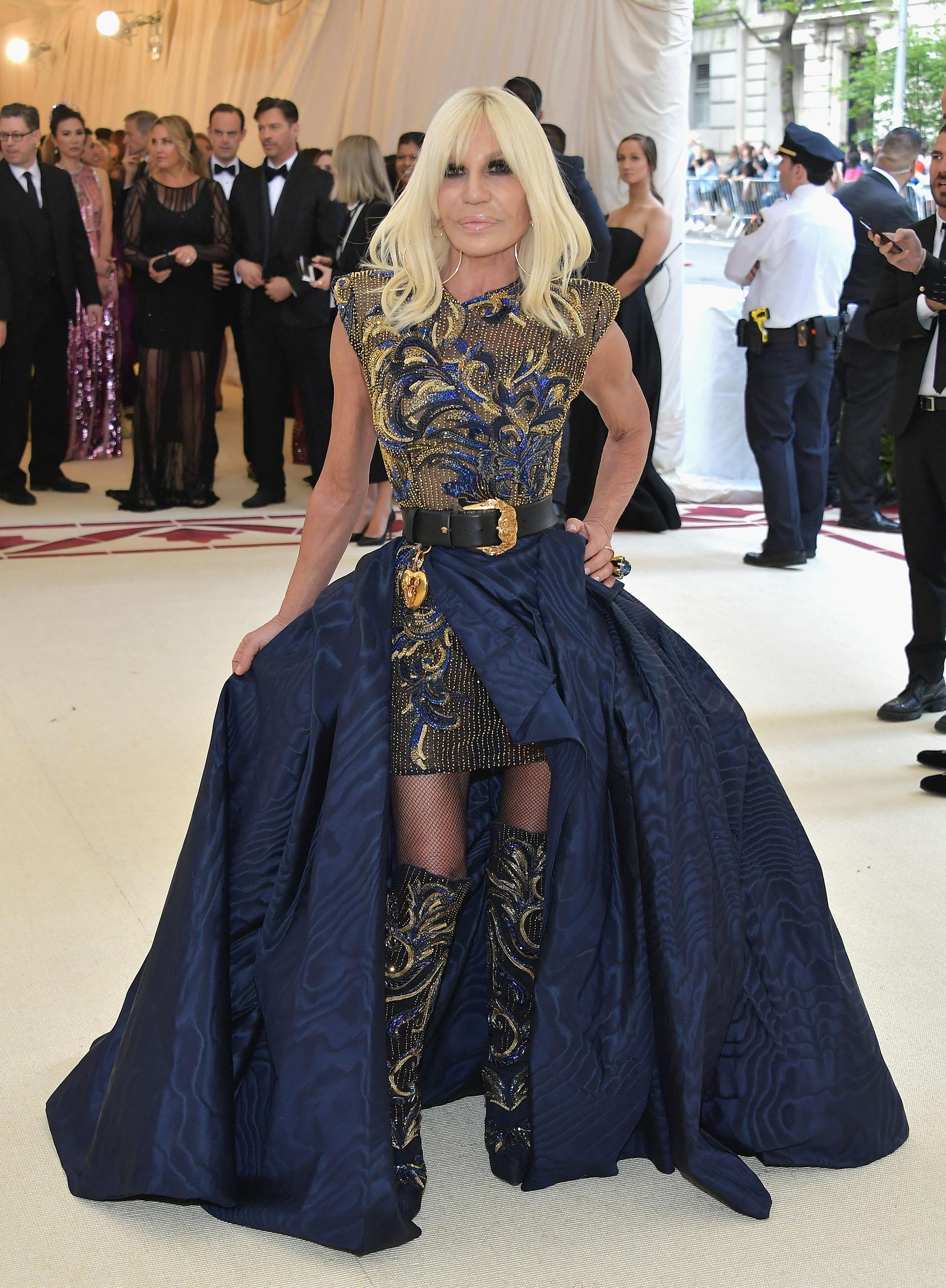Donatella Versace, con aires barrocos vestida por ella misma una de las anfitrionas de la noche