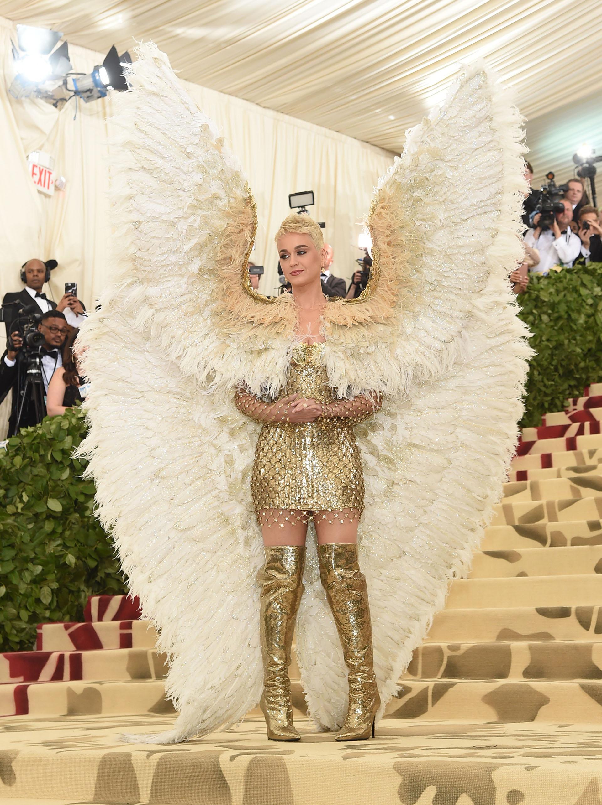 Katy Perry emulando un ángel la más comentada de la gala por Versace