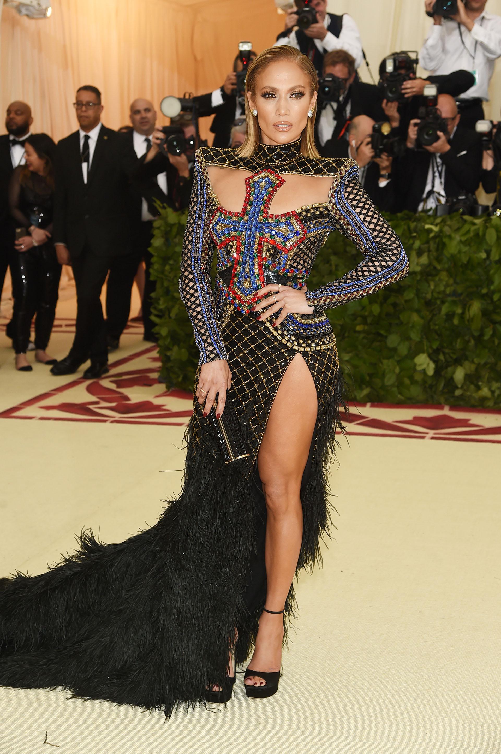 Jennifer Lopez, también respetó todas las claves de la temática. Balmain fue el responsable del diseño asimetricó que incluyó piedras, plumas y brillo