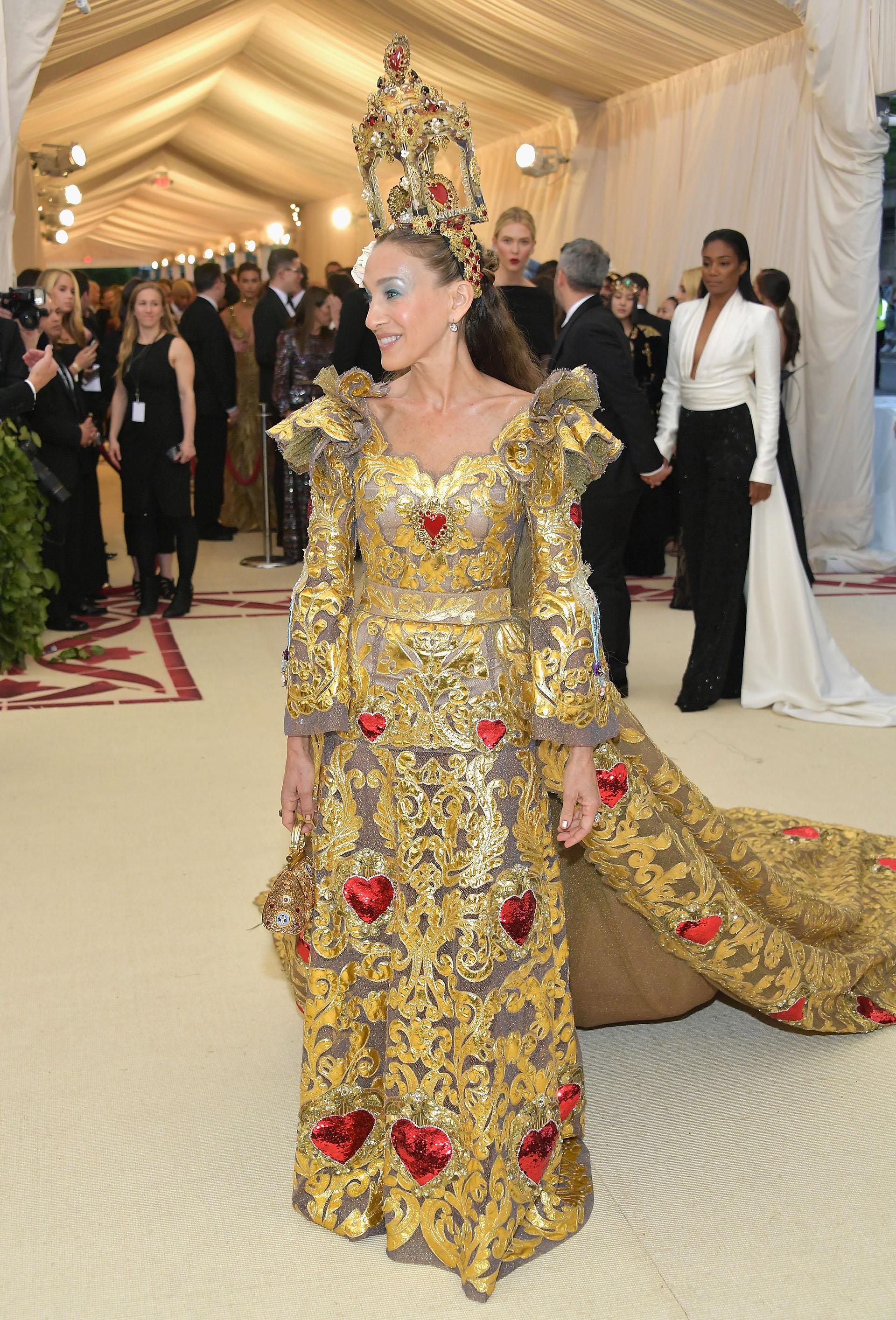 Sarah Jessica Parker con una impronta barroca predominante de pies a cabeza, un look de Dolce &Gabbana