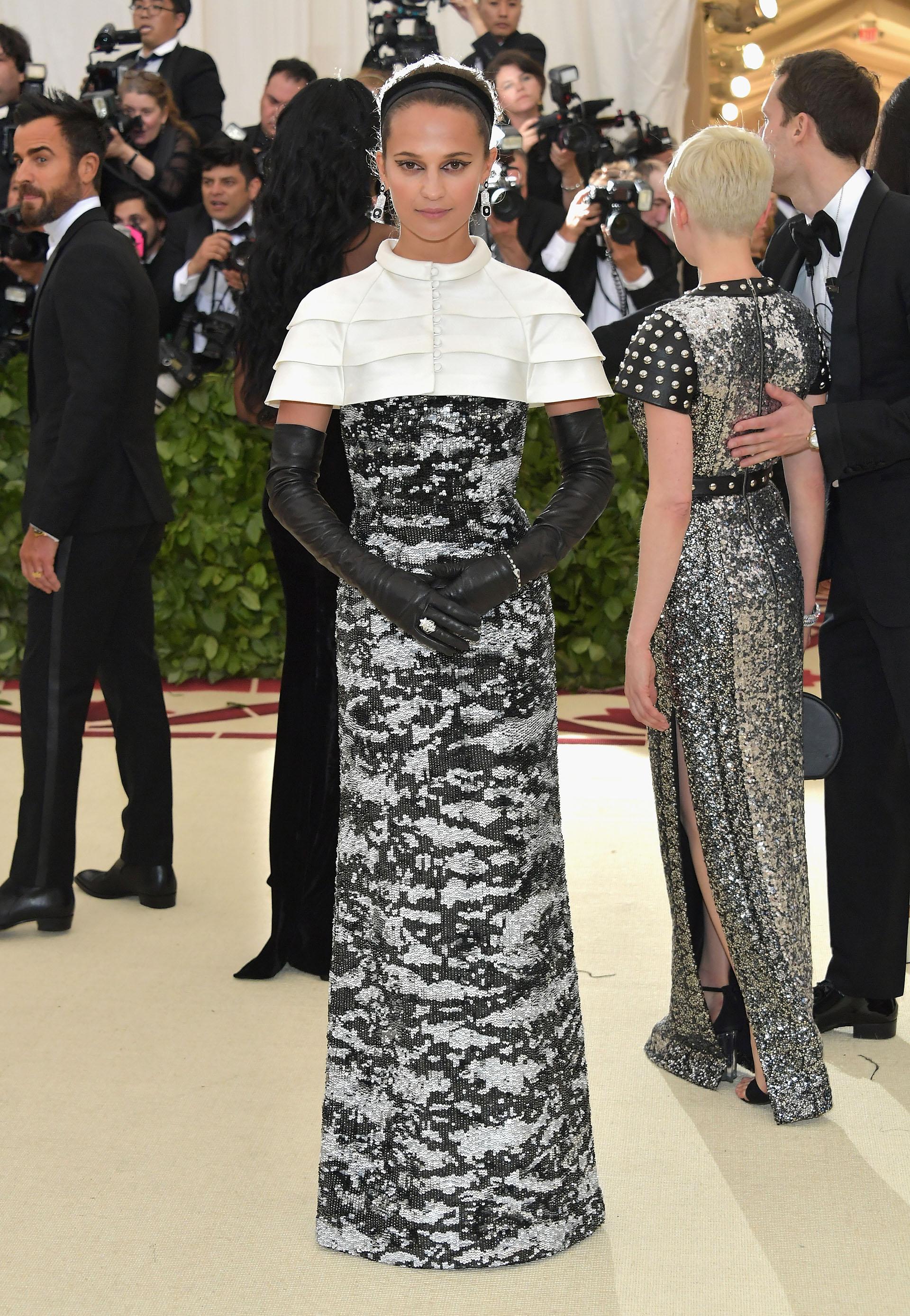 Alicia Vikander lookeada de pies a cabeza bajo la temática