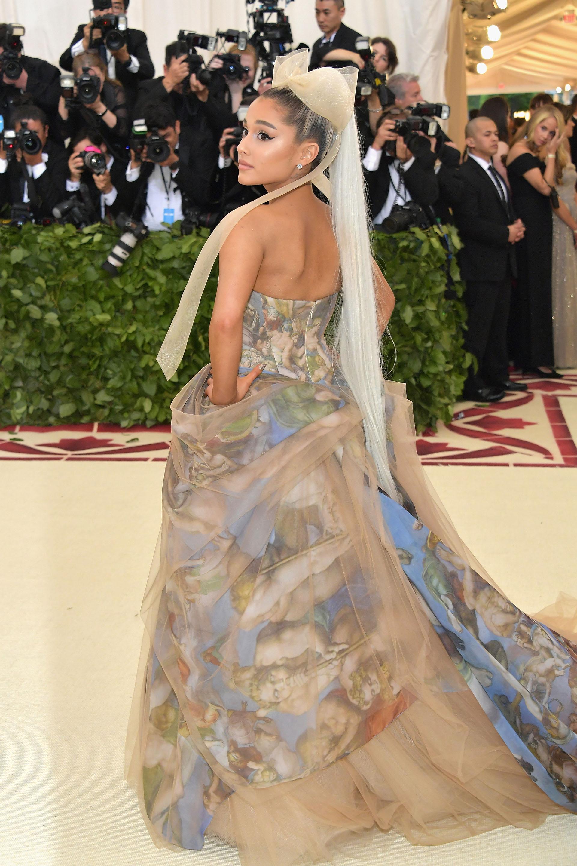 Ariana Grande se diferenció del resto de los invitados al llevar un vestido strapless con estampa de la obra de Miguel Ángel de la Capilla Sixtina, una obra Vera Wang.