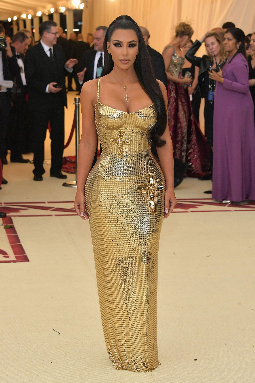 Kim Kardashian otra de las celebrities que se inclinó por la tendencia metalizada de Versace