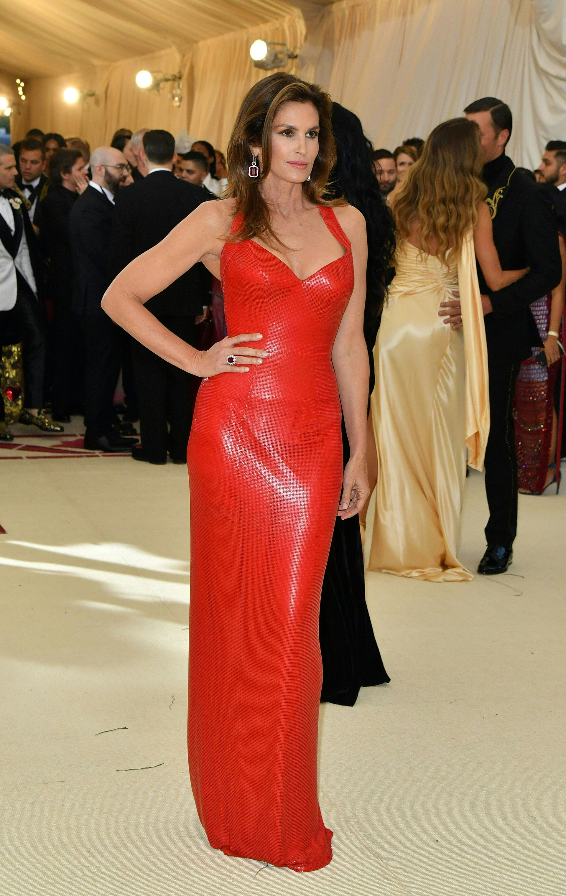 Cindy Crawford en total red look