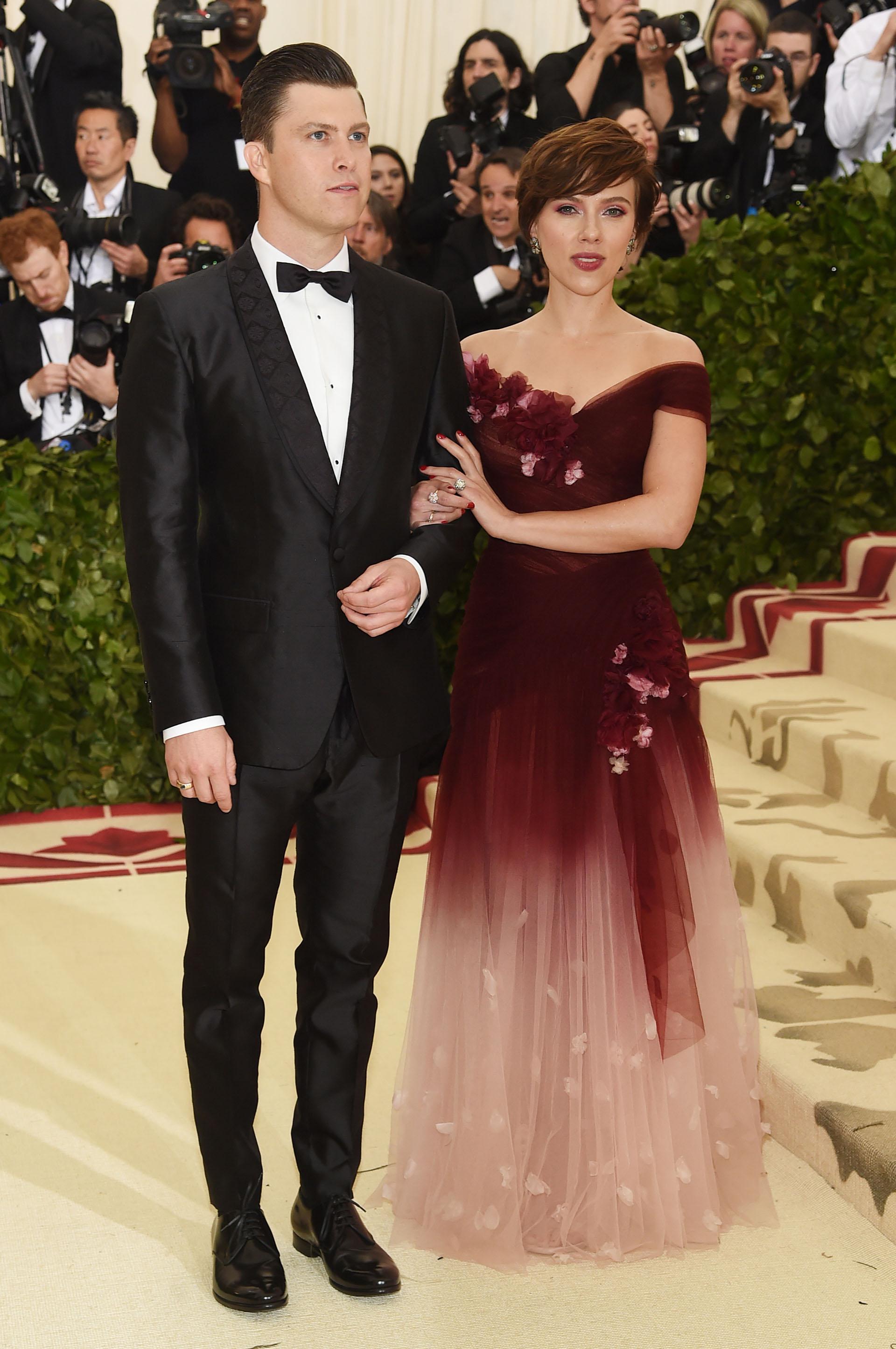 Colin Jost y Scarlett Johansson con un diseño de Marchesa