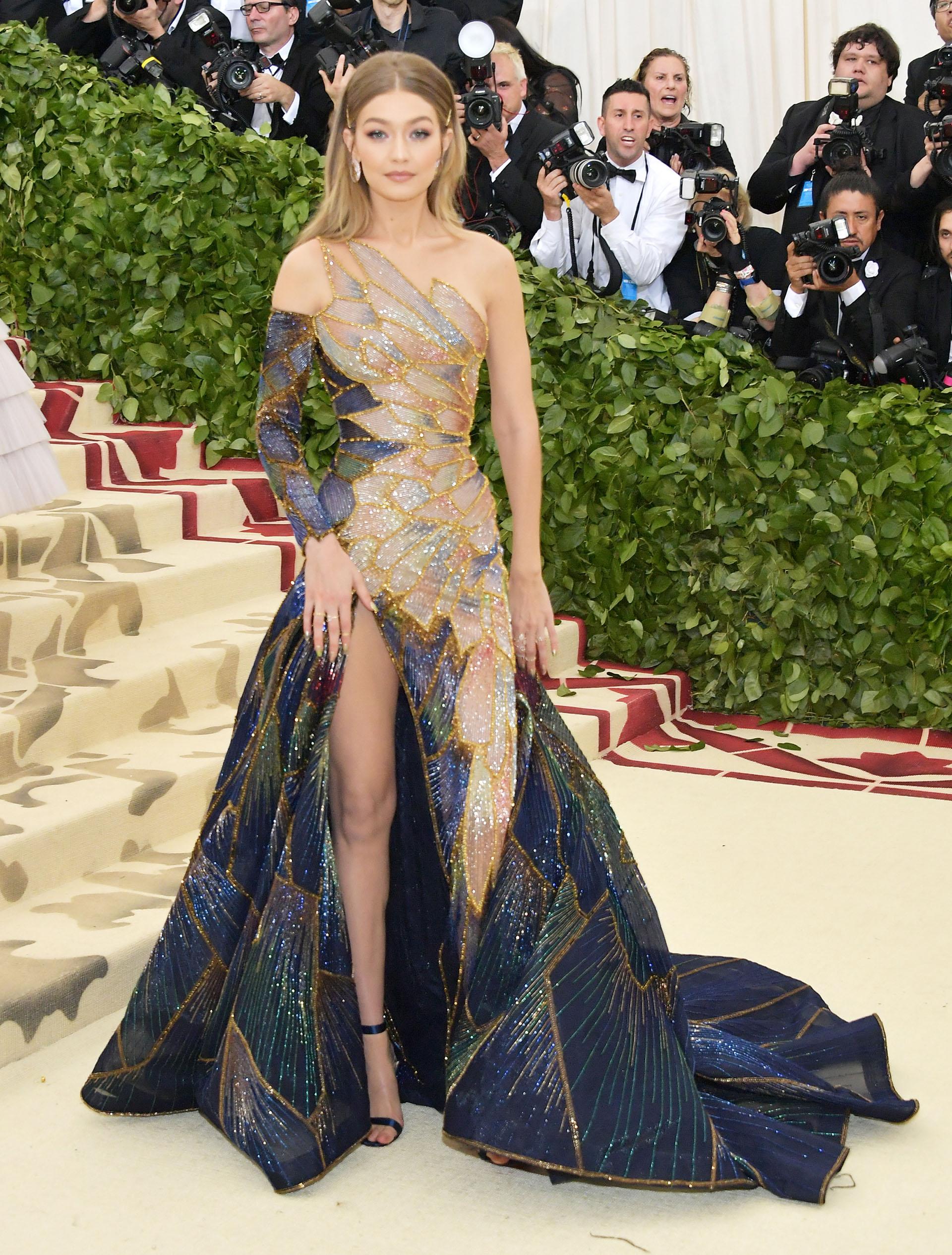 Gigi Hadid , refinada, elegante por Versace