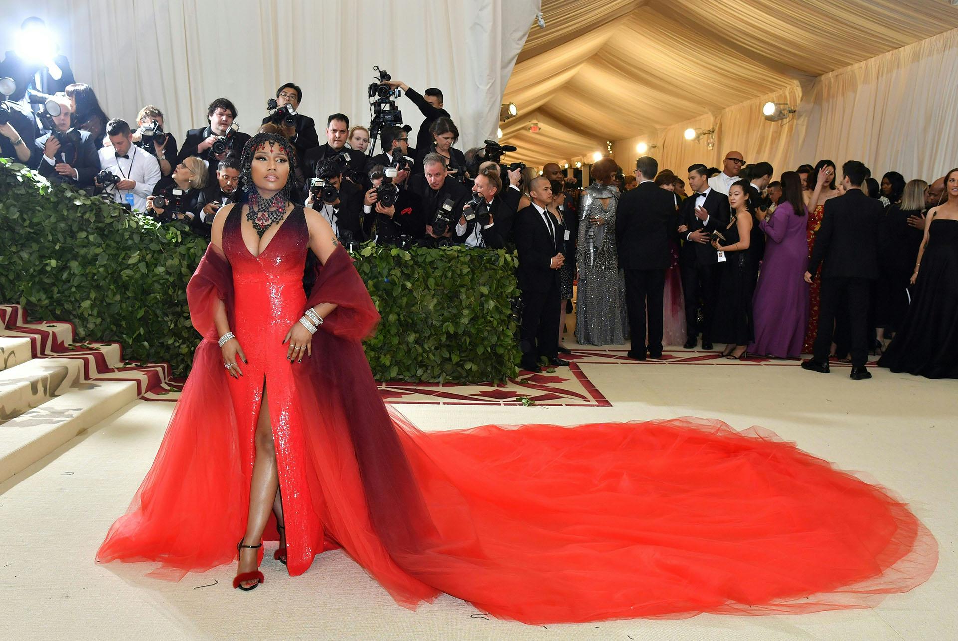Nicki Minaj brillo, piedras y tull, una apuesta audaz de Oscar de la Renta