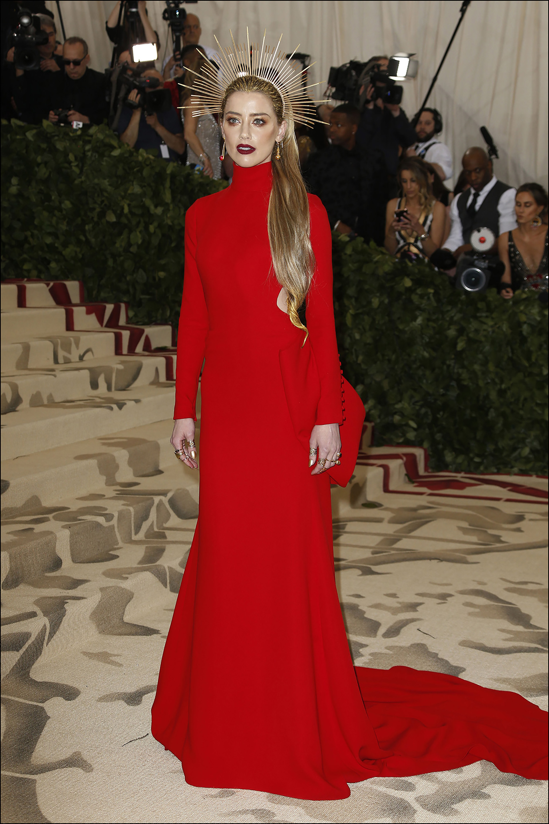 Amber Heard -lady in red-por Carolina Herrera