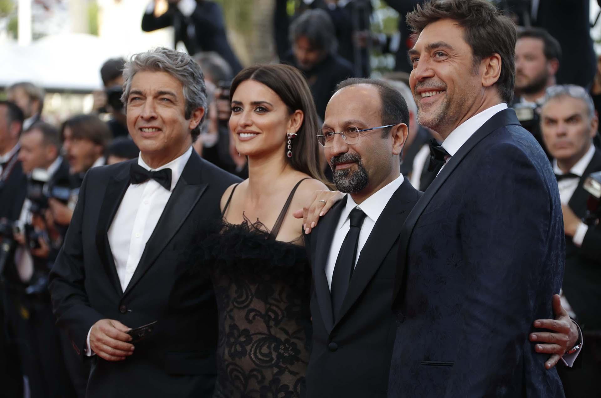 El director iraní Asghar Farhadi con Penélope Cruz, Javier Bardem yRicardo Darín