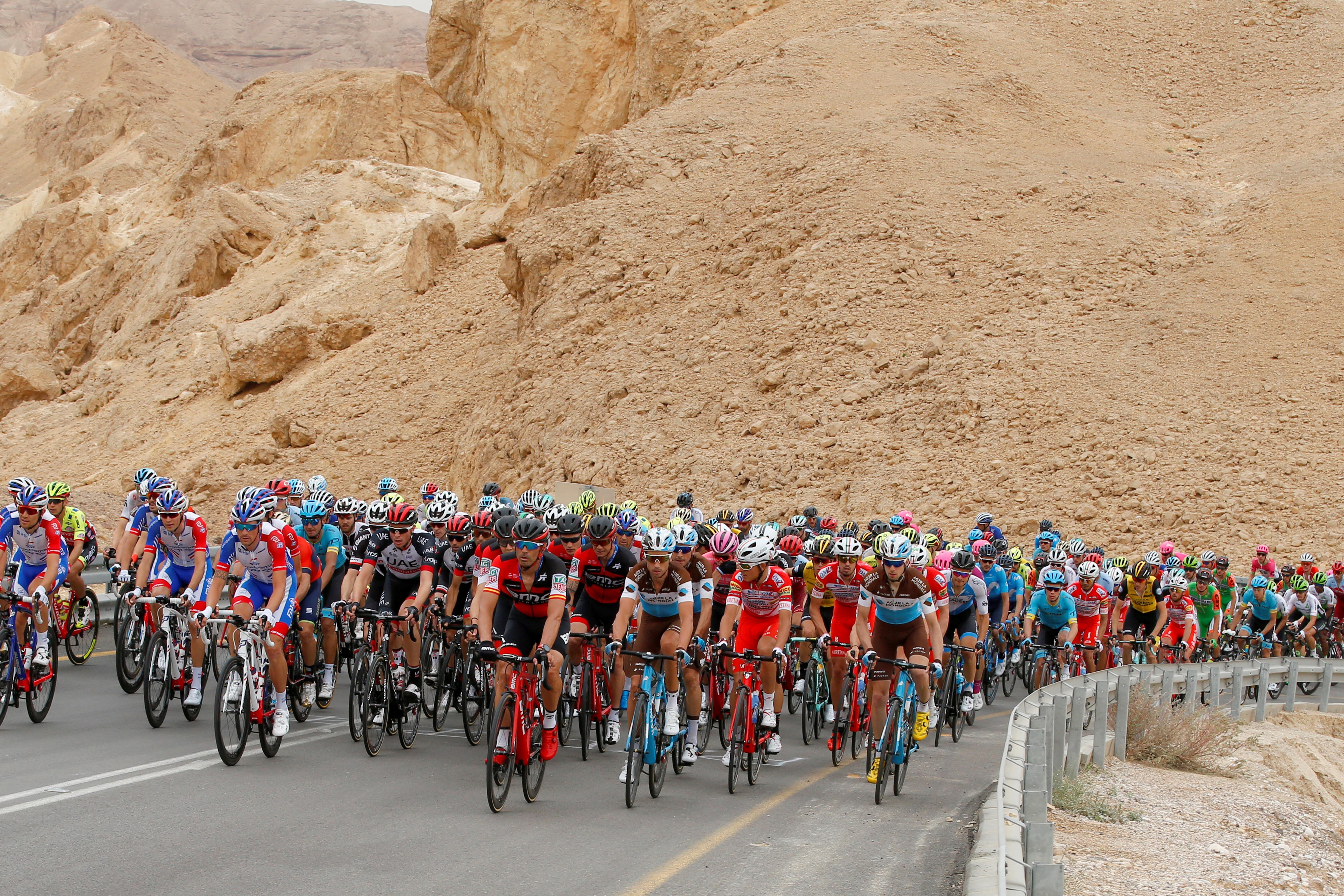 El pelotón cruza en desierto del Negev durante la tercera etapa entreBeer-Sheva y Eilat. (AFP / JACK GUEZ)