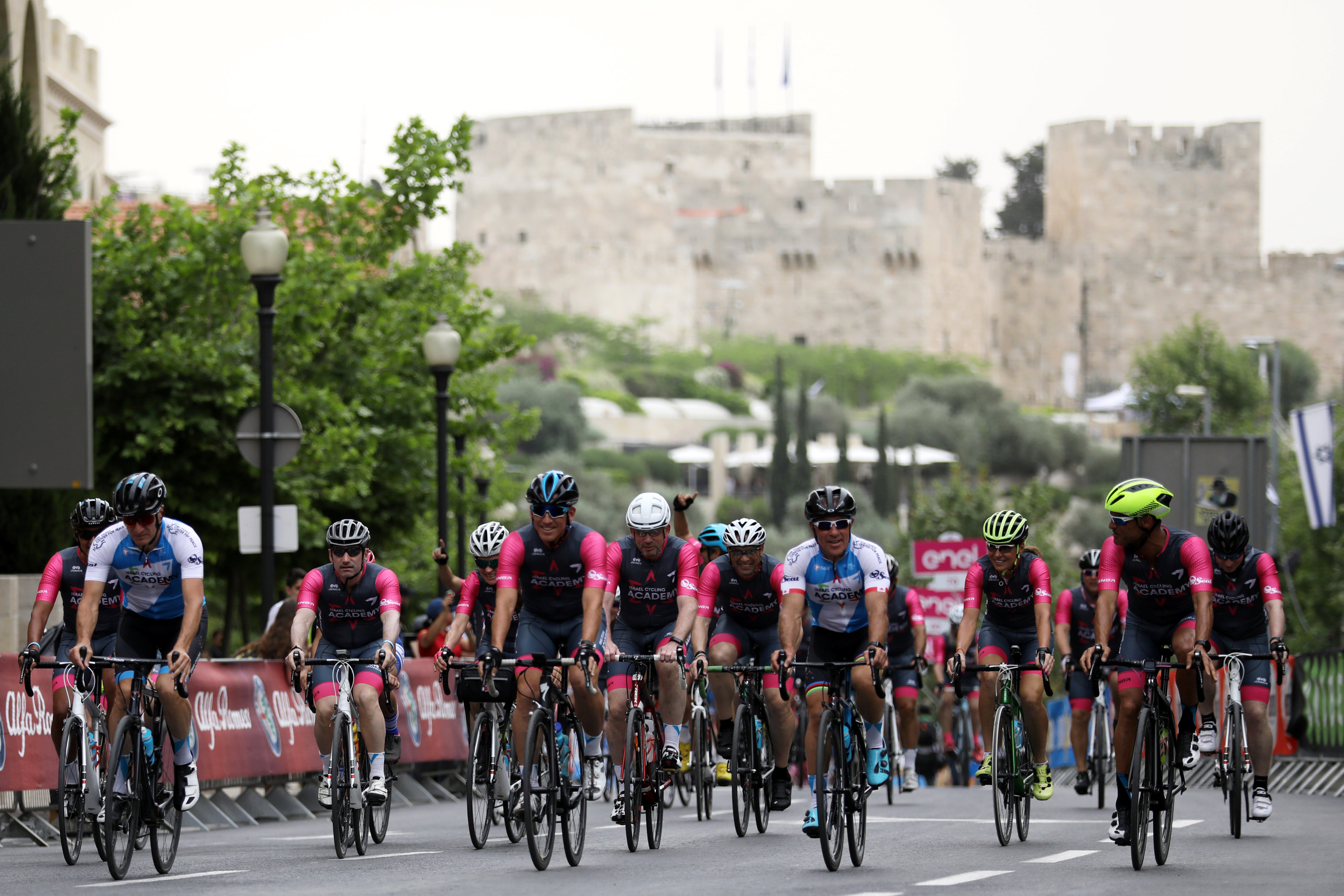 """Sylvan Adams (C, en azul),presidente honorario del Giro d'Italia's """"Big Start"""" Israel, antes del comienzo de la competencia en Jerusalén. (REUTERS/Ammar Awad)"""