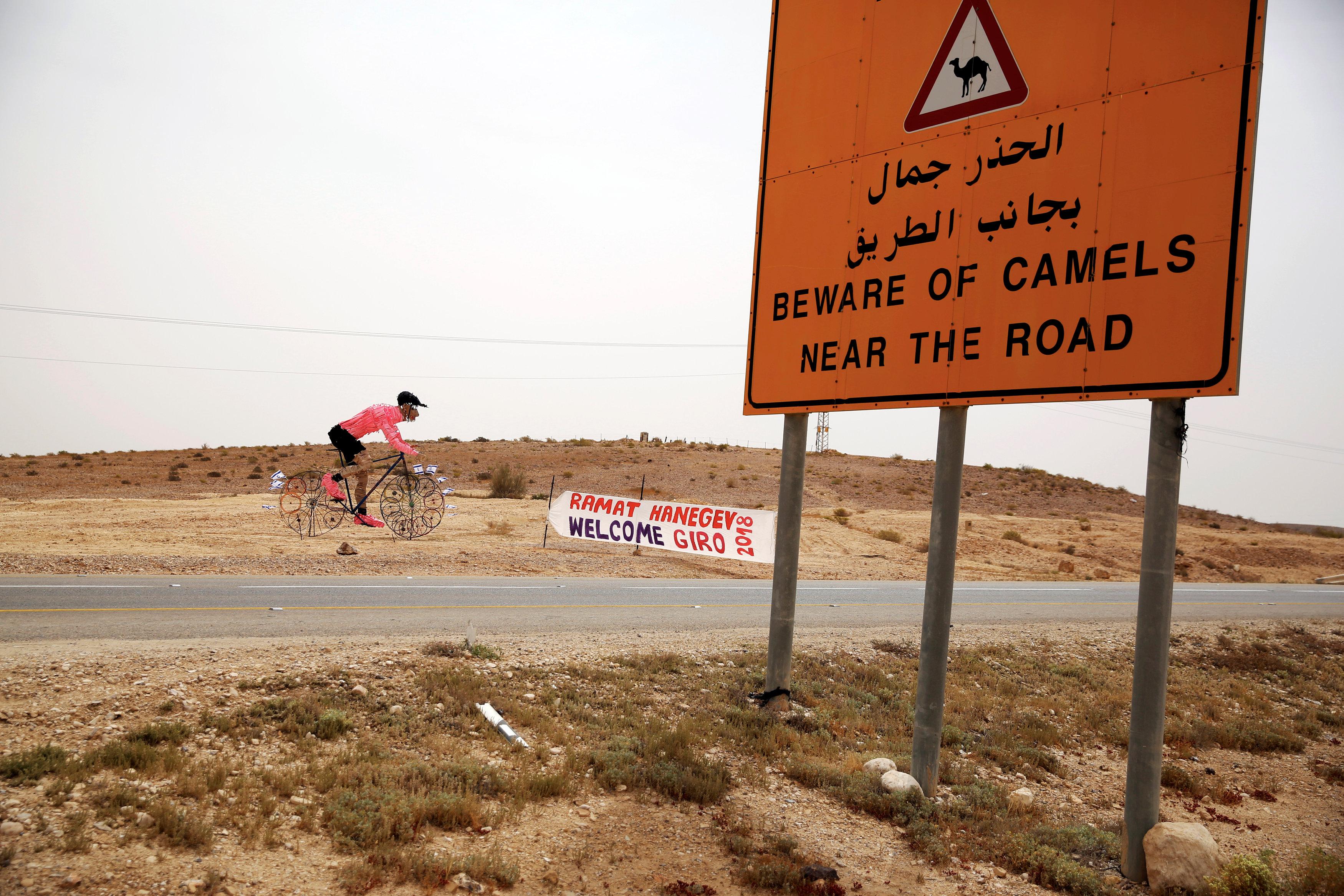 """""""Atención a los camellos"""", advierte el cartél (REUTERS/Amir Cohen)"""
