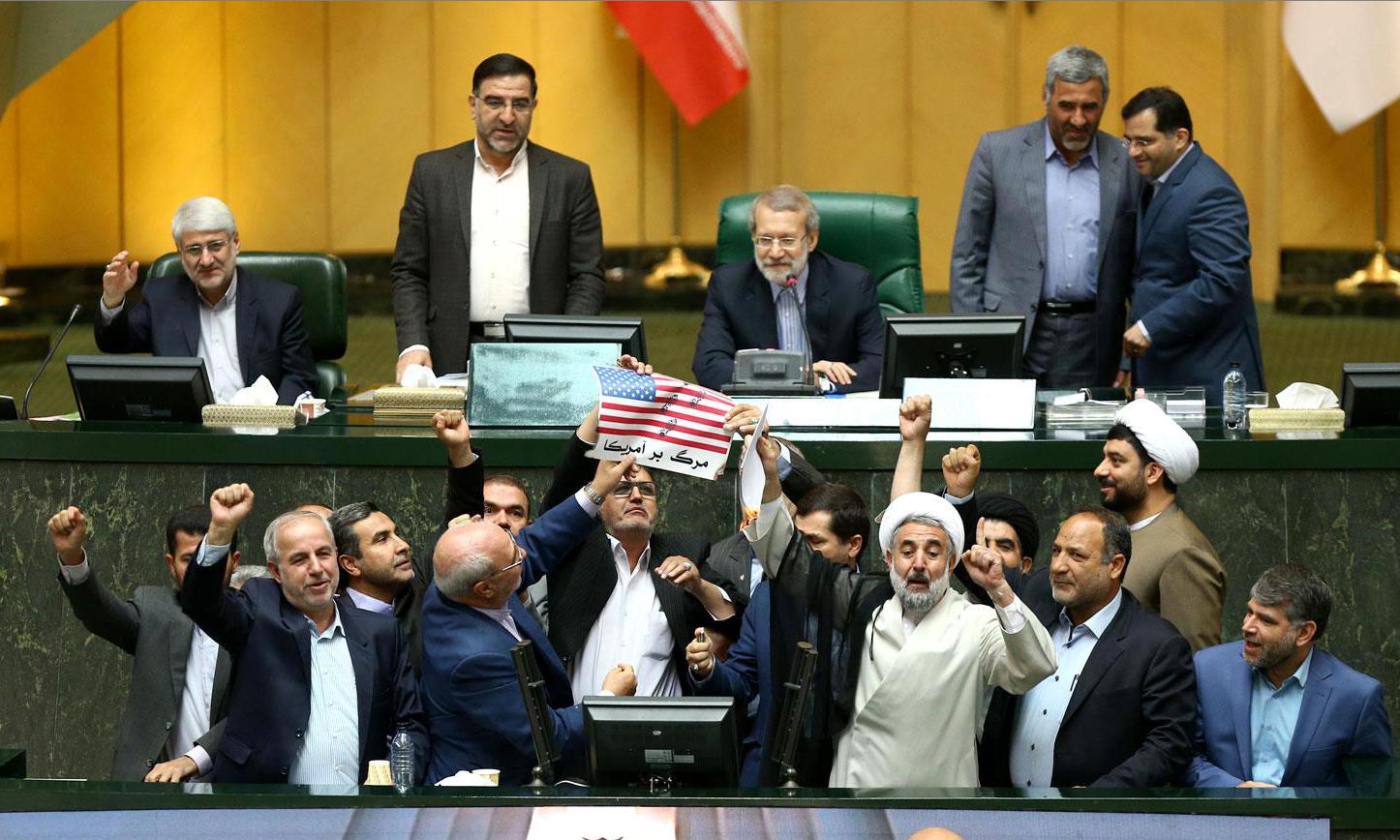 Parlamentarios iraníes ce preparan para quemar una bandera de Estados Unidos de papel (AFP)