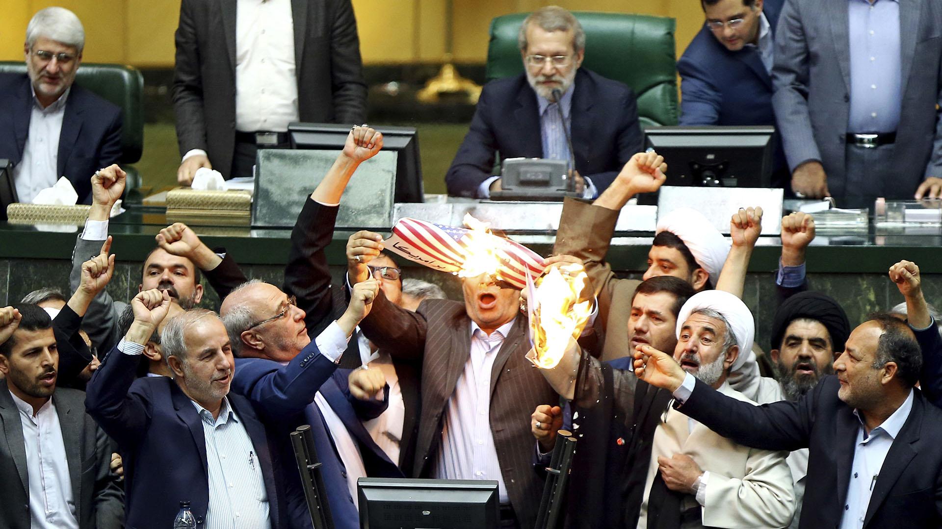 Parlamentarios iranínes prenden fuego una bandera estadounidense, una imagen que se volvió corriente en el nuevo Irán