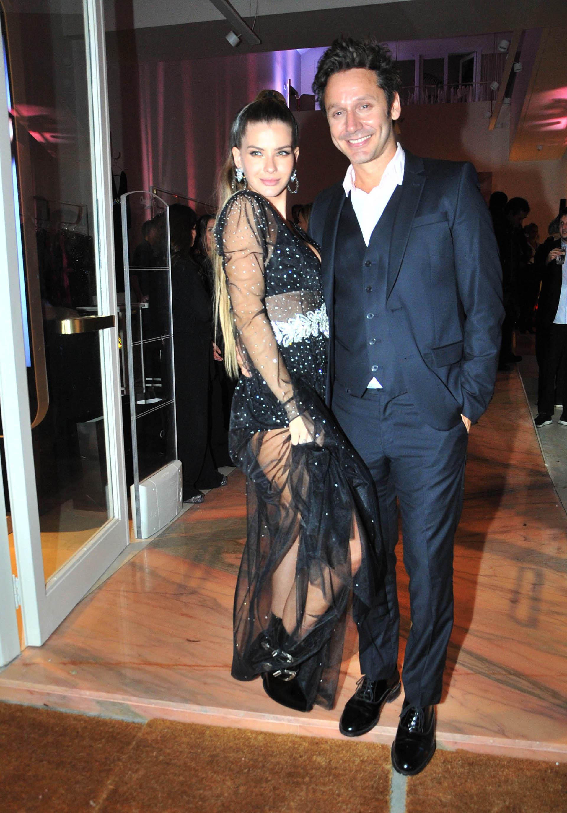 La China Suárez lució un vestido negro con brillos muy sensual. Benjamín, muy elegante con un traje azul marino (Verónica Guerman / Teleshow)
