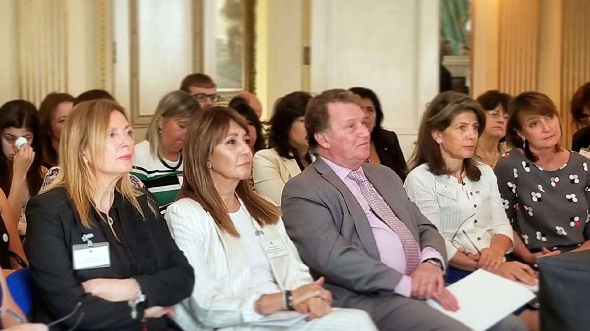 Fabiana Ricagno, directora de Comunicaciones del CICyP, junto al embajador Carlos Sersale y lacomitiva local que viajó al Reino Unido