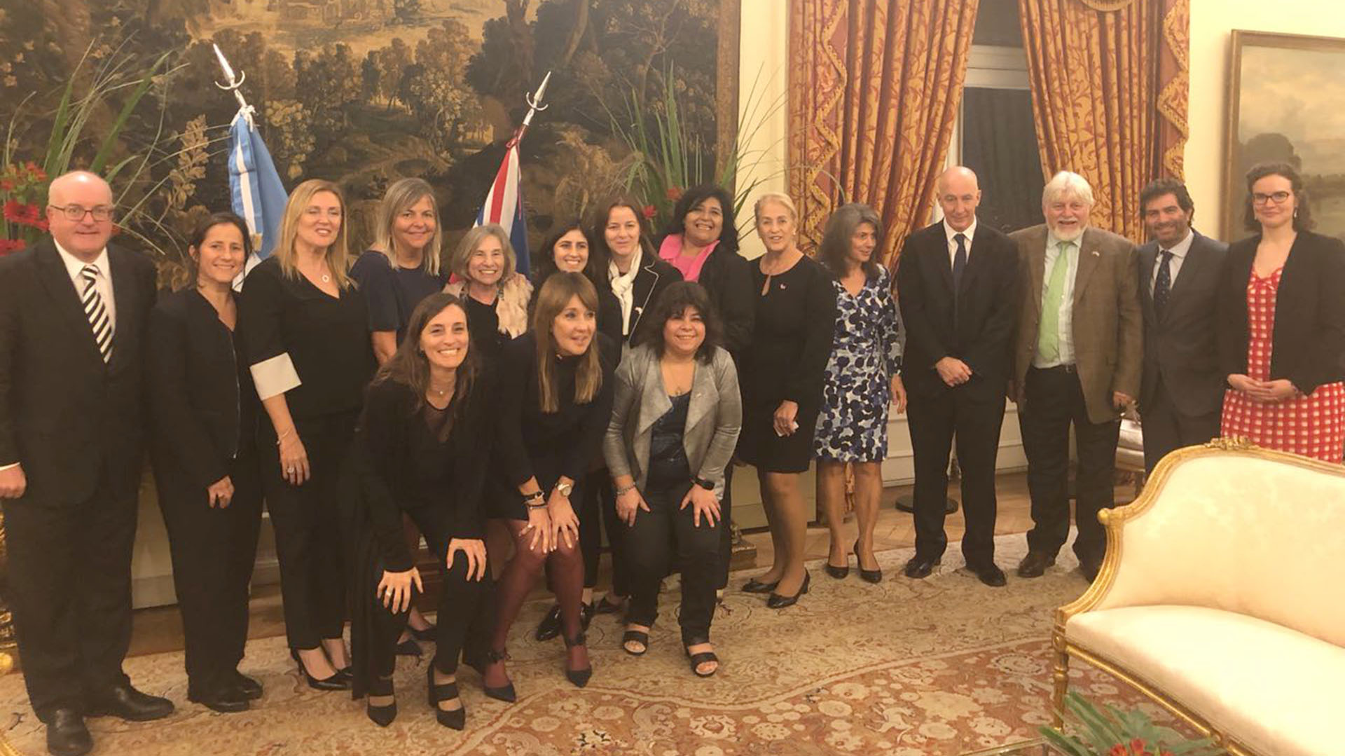 Previo a realizar el viaje, el embajador del Reino Unido en Argentina, Mark Kent, despidió al grupo junto a Adrián Werthein, presidente de CICyP