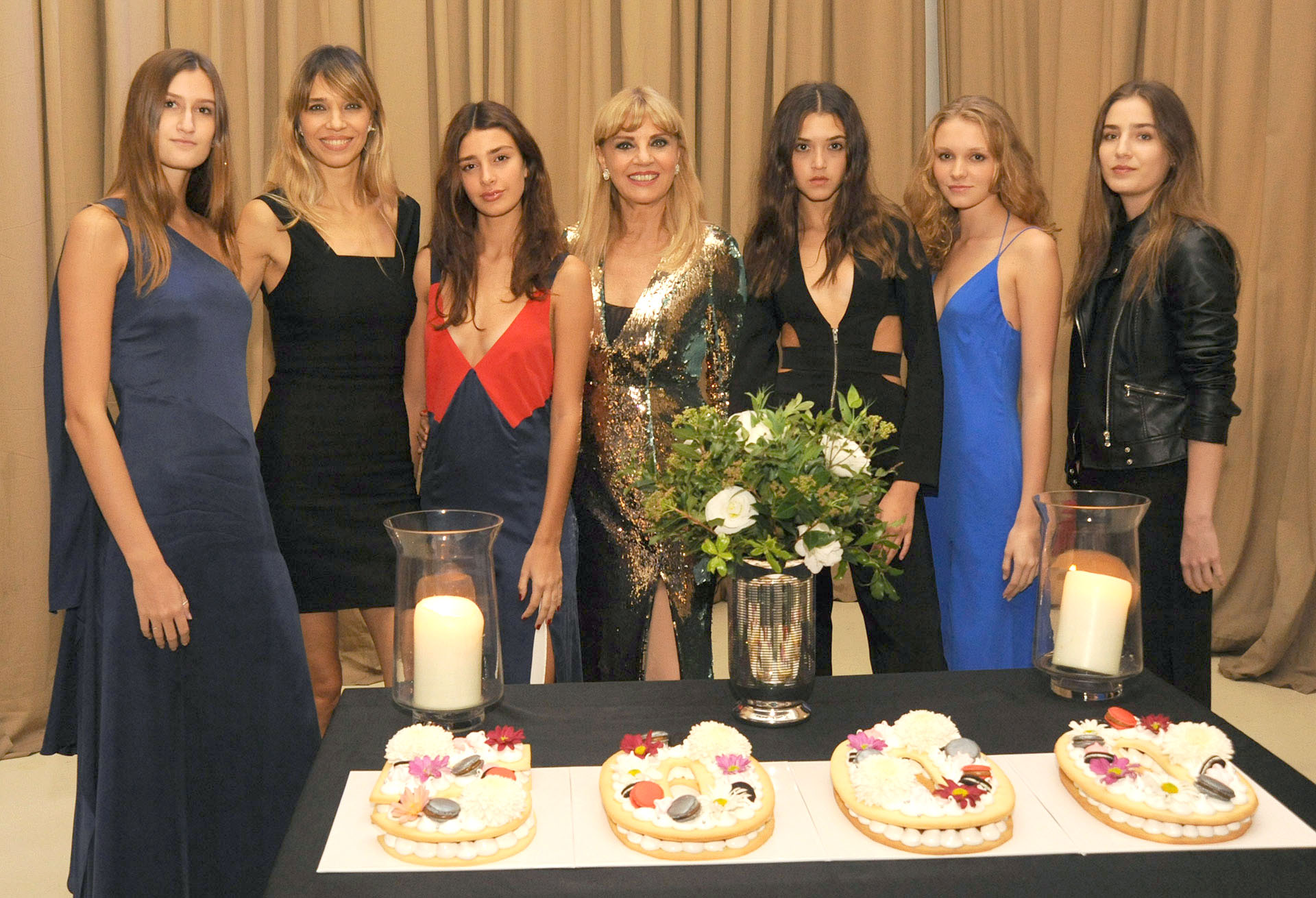 Teté Coustarot, Lorena Ceriscioli y las modelos de su agencia Lo management junto a la torta del aniversario que realizóFraula Pastelería.