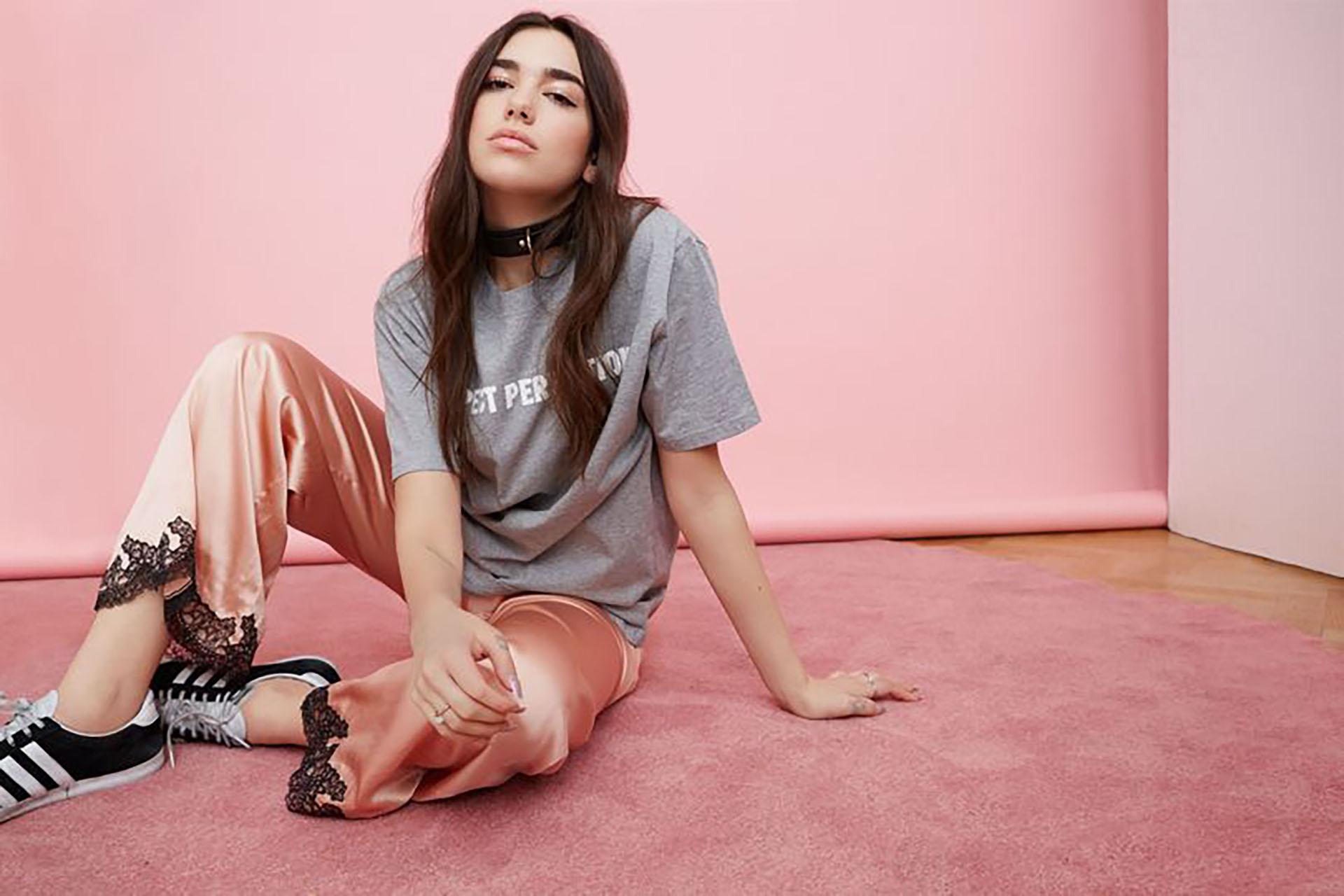"""Dua Lipa posó para Vogue, """"la biblia de la moda"""" y se convirtió en una fuente de inspiración para los adolescentes por su talento y su estilo. (Vogue)"""