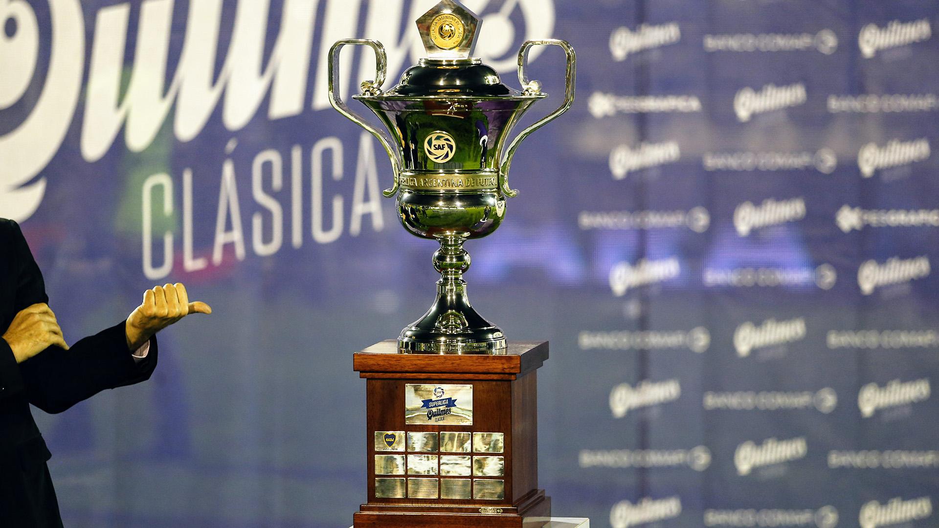 La copa de la Superliga, antes de la entrega a los campeones