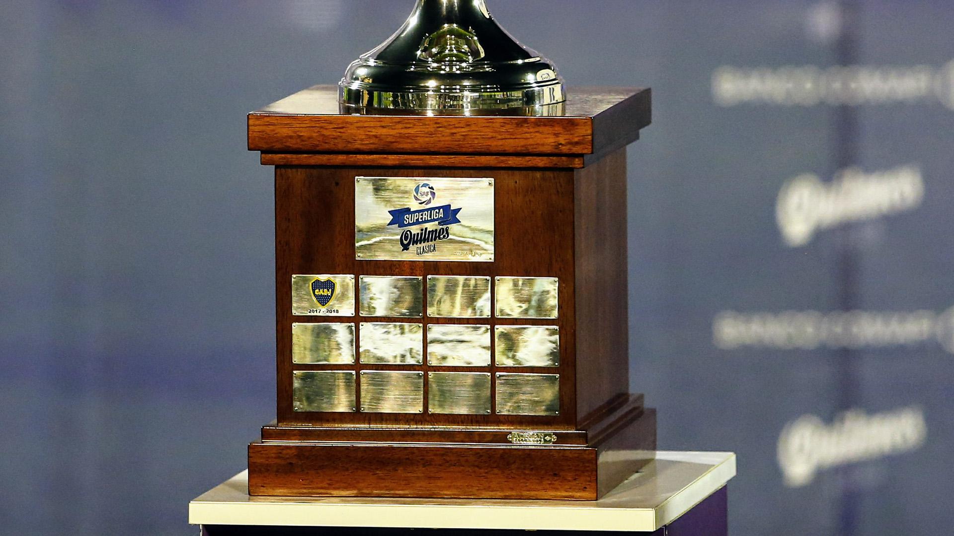 El flamante escudo de Boca en la chapa de la base del trofeo