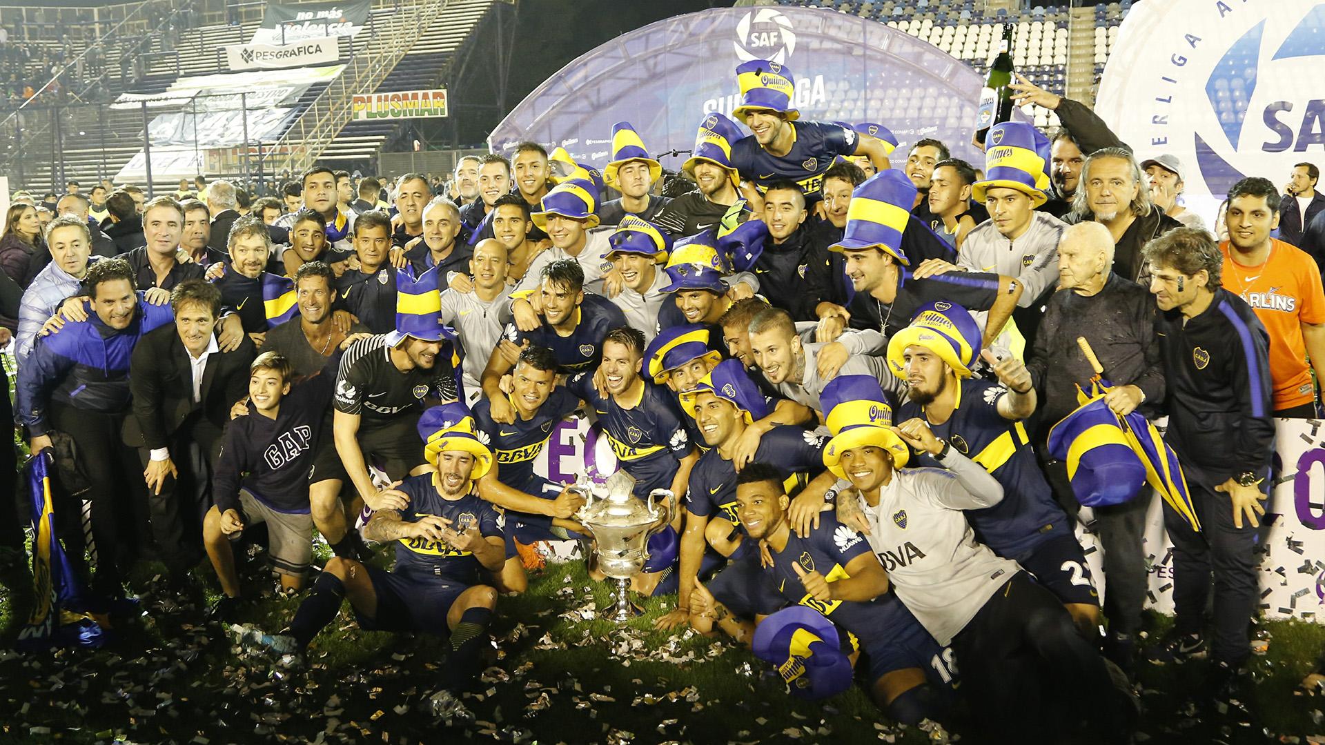 Las foto del campeón: todo Boca unido con el trofeo de la Superliga