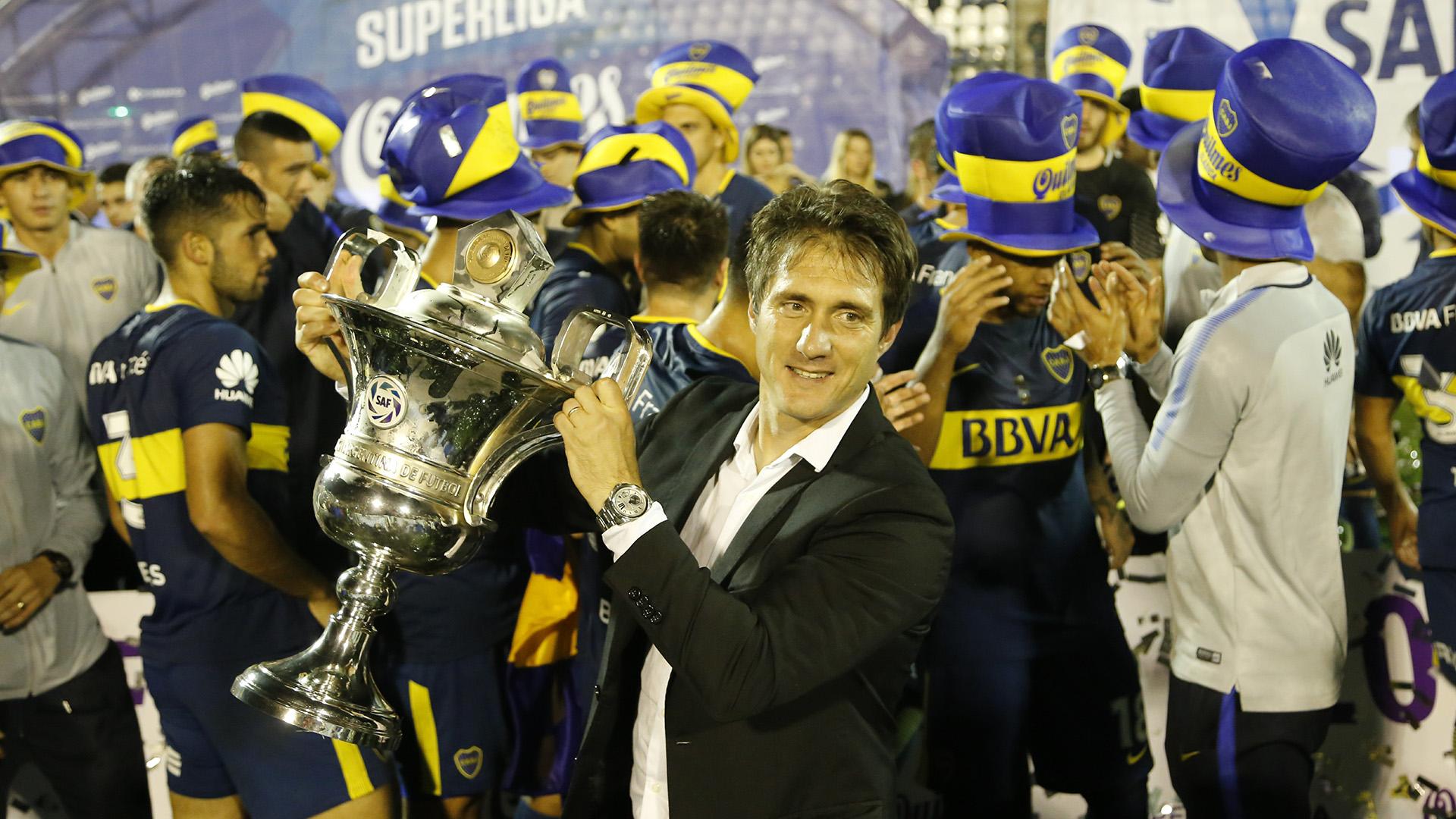 Guillermo Barros Schelotto no ocultó su felicidad con el trofeo en sus manos