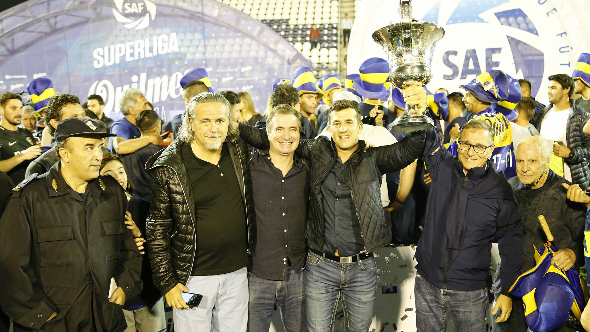 Dirigentes de Boca festejan el nuevo título del club: fue el número 67 de su historia
