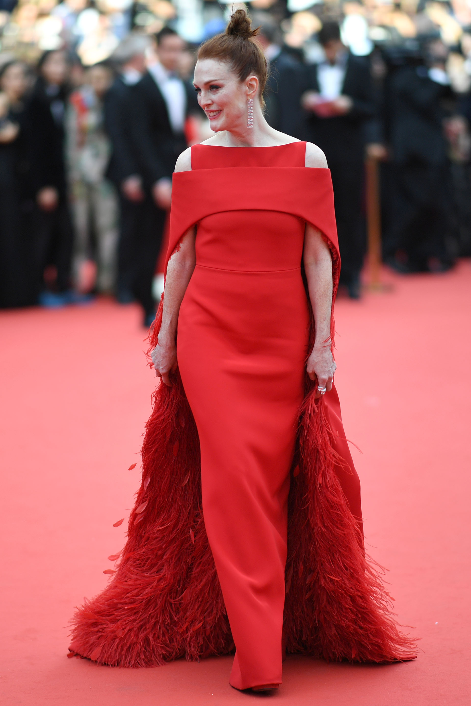 Julianne Moore, la actriz se inclinó por un total look . Vestido de escote asimétrico con una capa en plumas fimado por Saint Laurent  (/ AFP PHOTO / LOIC VENANCE)