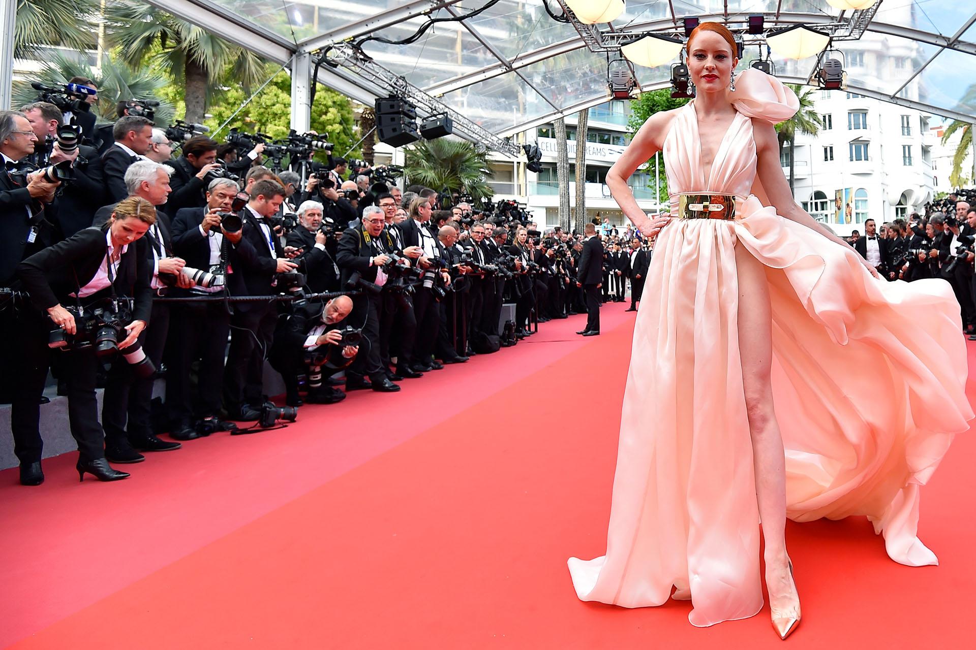 Barbara Meier se inclinó por un diseño audaz con apertura lateral profunda de Hausach Couture( AFP PHOTO / LOIC VENANCE)