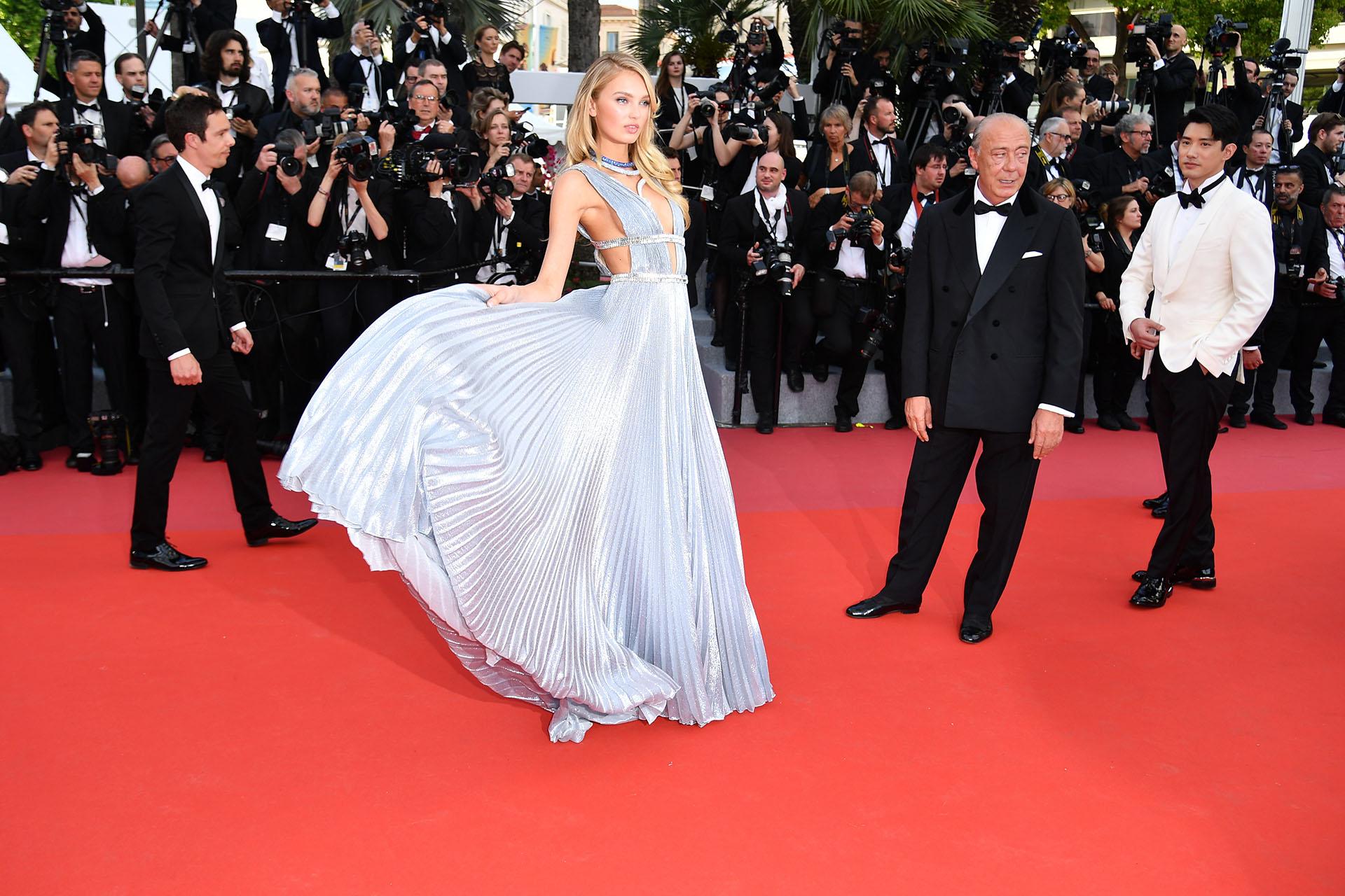 Espectacular el vestido plisado de la modelo de Victoria's Secret Romee Strijd ( AFP PHOTO / Alberto PIZZOLI / )