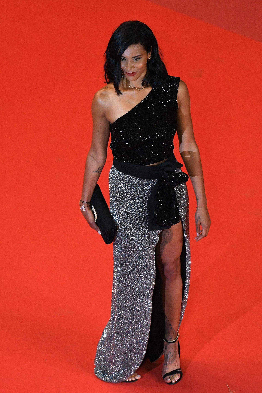 Shy'm , la cantante francesa brilló con un vestido de pailletes combinadas (/ AFP PHOTO / LOIC VENANCE)