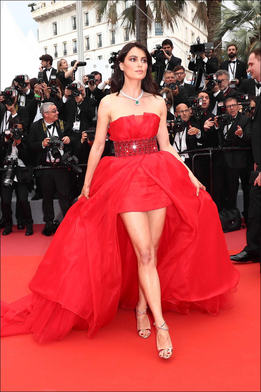 Catrinel Menghia, un diseño strapless de organza rojo ceñido a la cintura con gran cola by Alberta Ferretti.
