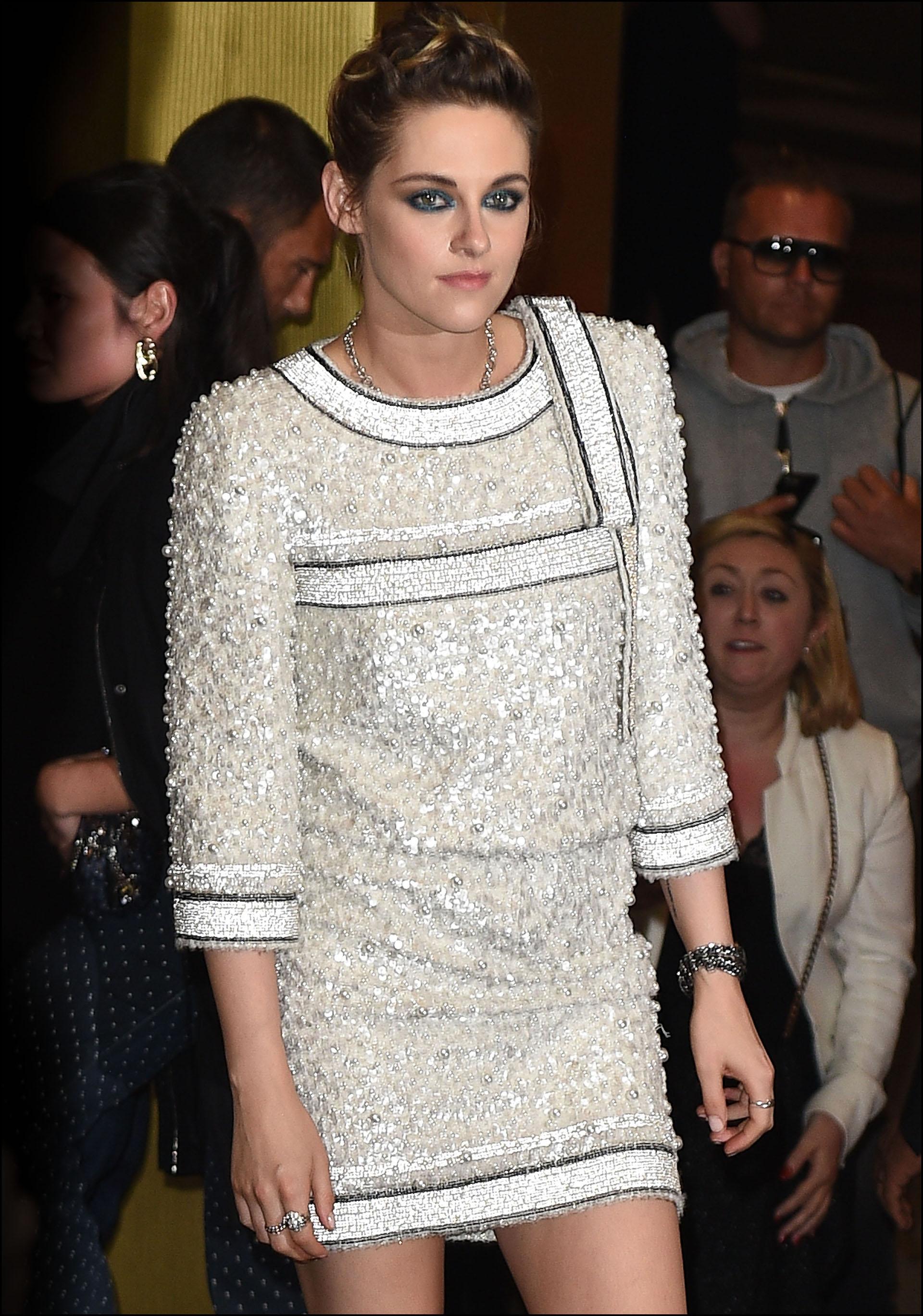 Kristen Stewart en la cena de Vanity Fair previa a la presentación con un clásico en tweed, una marca registrada de Chanel