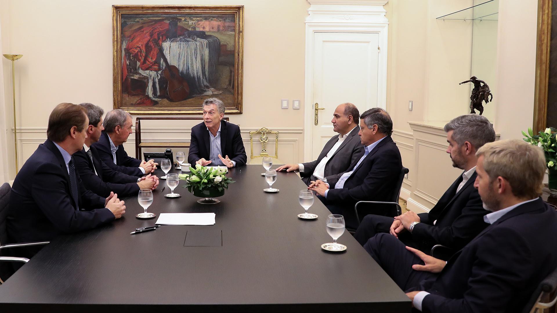 Mauricio Macri junto Juan Schiaretti (Córdoba), Gustavo Bordet (Entre Ríos), Juan Manzur (Tucumán), Sergio Uñac (San Juan) y Domingo Peppo (Chaco)