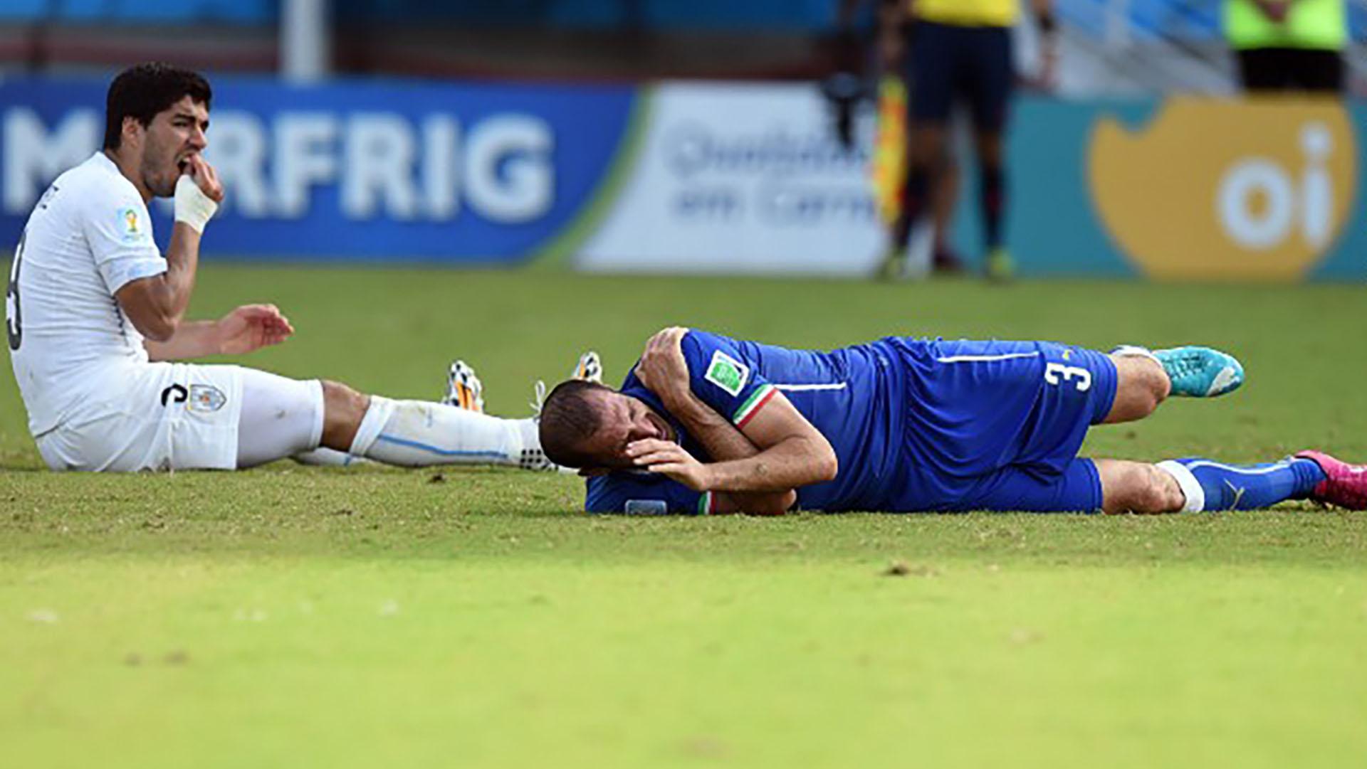 Tras el episodio, ambos quedaron en el piso. El árbitro Rodríguez no advirtió lo que ocurrió (Foto: AFP)