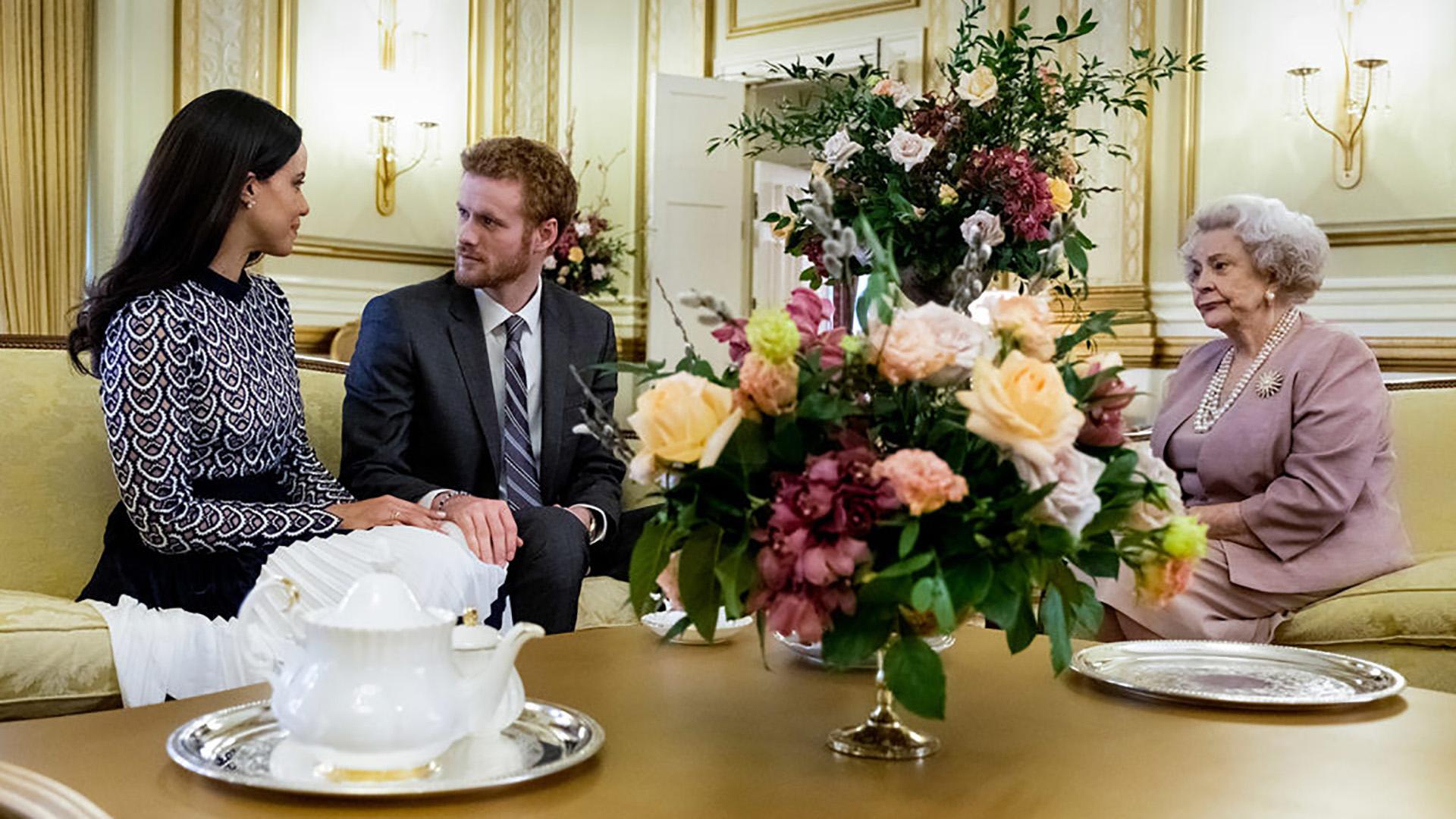 Murray Fraser y Parisa Fitz-Henley están en los papeles centrales, en tanto Maggie Sullivun interpreta a la Reina Isabel II