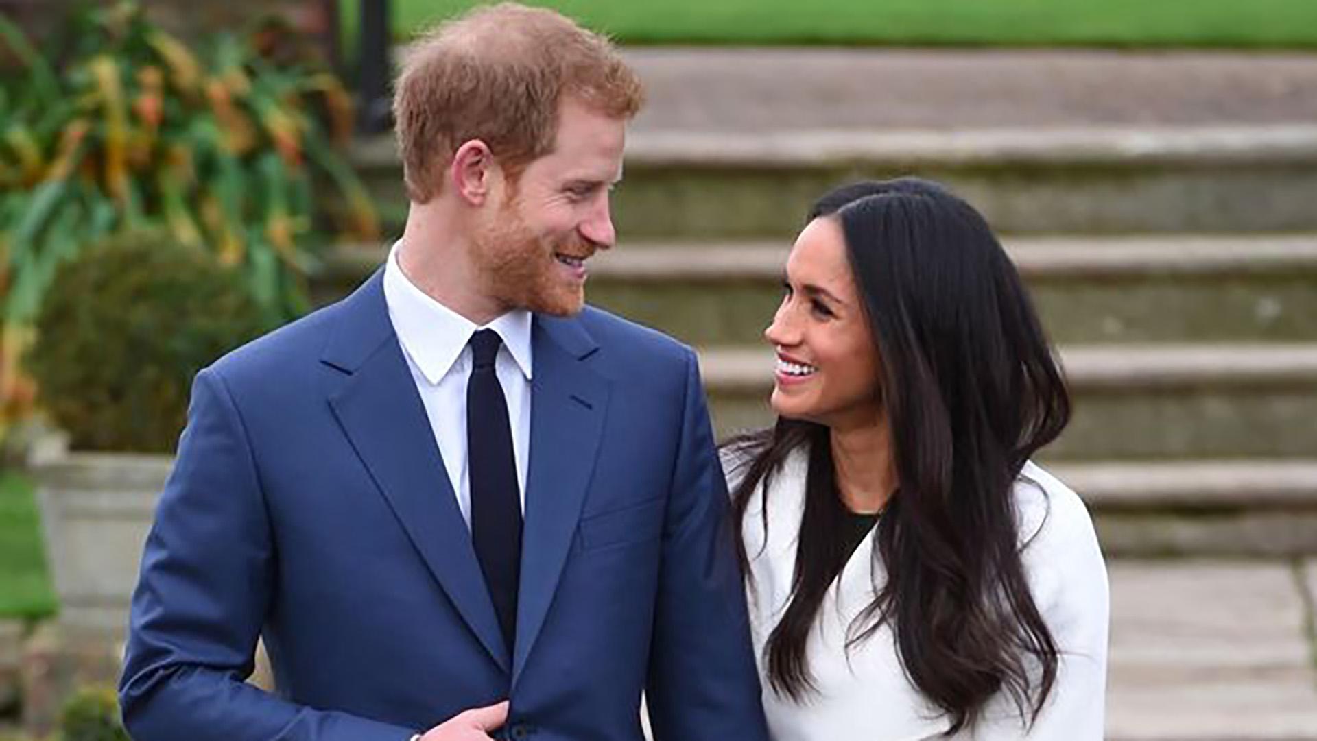 """""""Fue una sorpresa increíble. Fue muy dulce, natural y romántico"""", contó Markle sobre cómo el príncipe Harry le propuso matrimonio durante un cena en casa. """"Ni siquiera me dejó terminar. Ella me dijo '¿Puedo decir que sí'?"""", acotó Harry."""