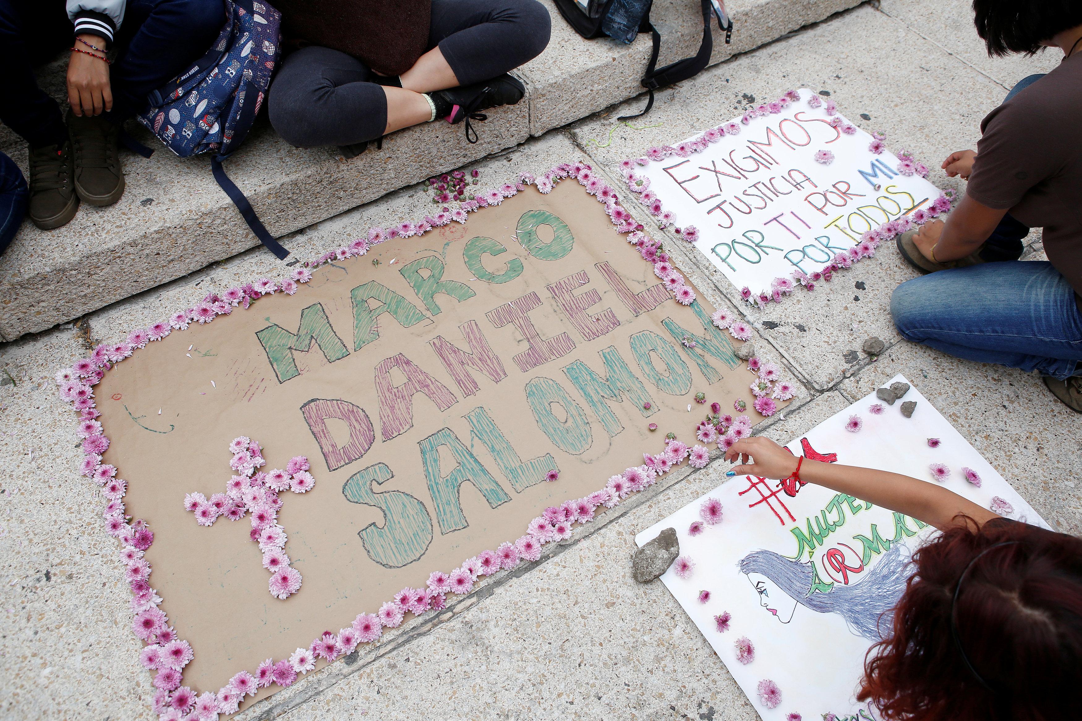 Manifestantes homenajearon a los tres estudiantes durante una de las protestas para pedir justicia (REUTERS/Ginnette Riquelme)