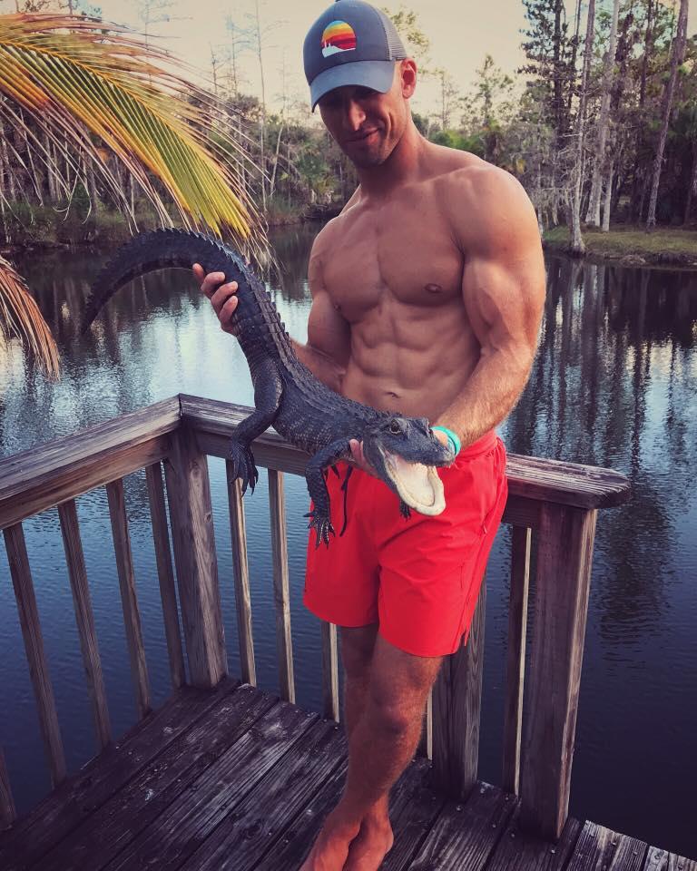 Elliot Sudal con un pequeño caimán en Florida (Elliot Sudal)